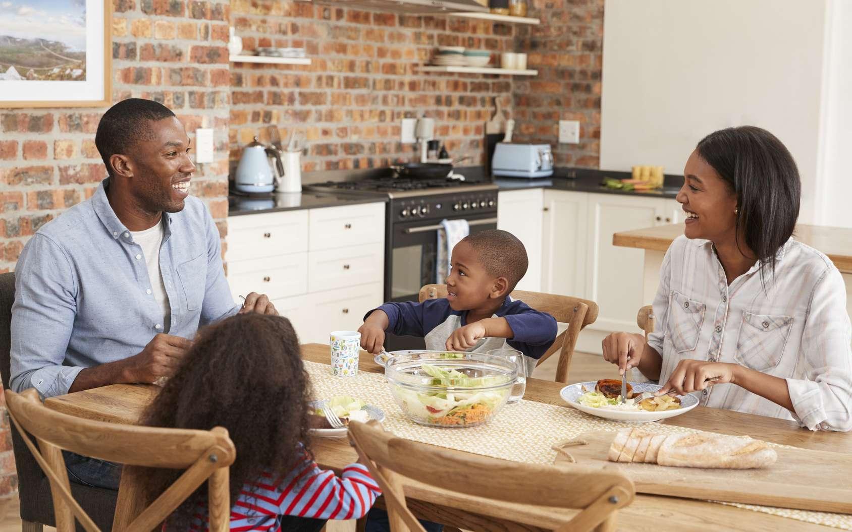 Les enfants qui ont grandi avec des routines quotidiennes sont plus enclins à écouter leur corps et à manger selon leurs besoins. © Monkey Business, fotolia