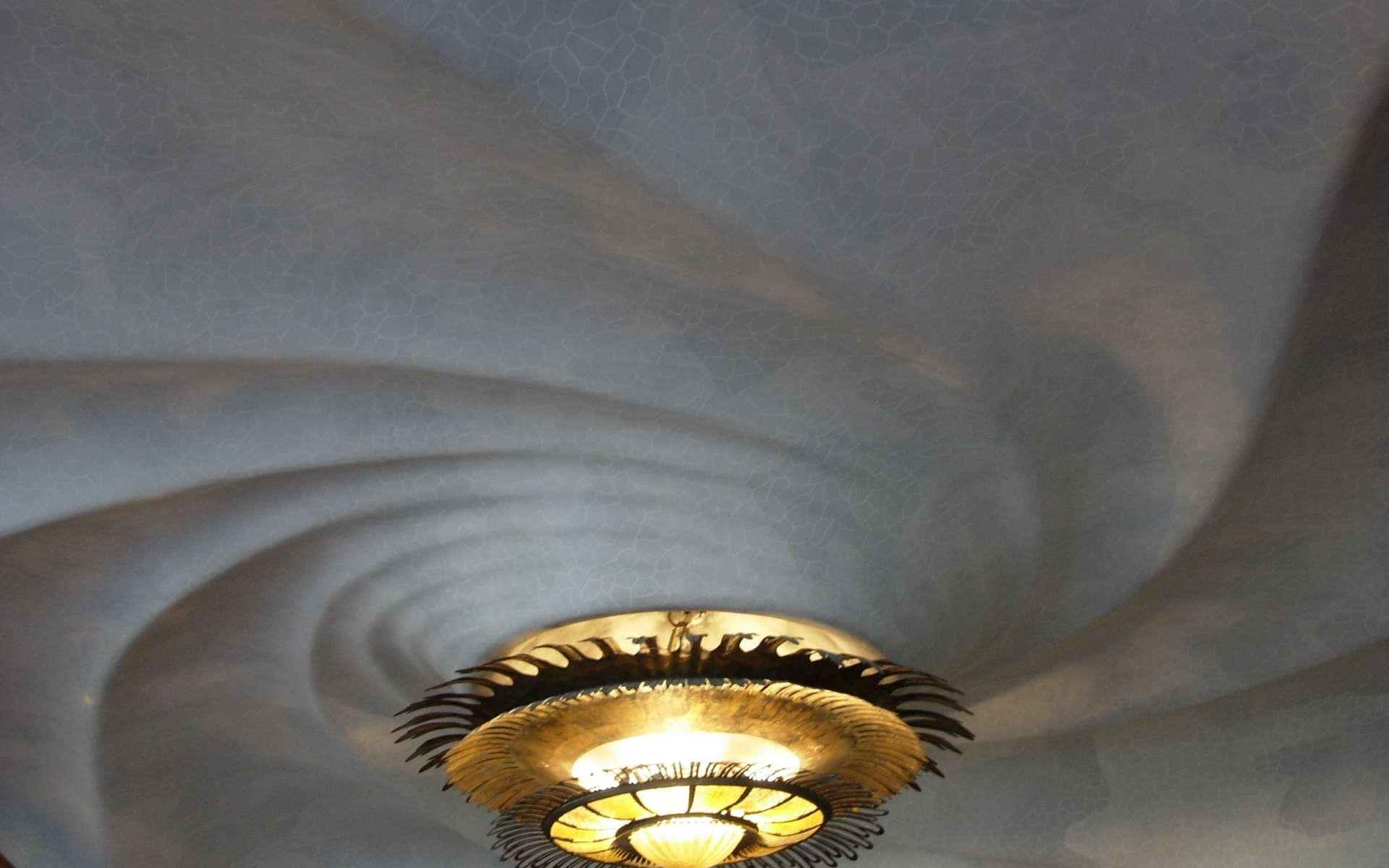 Le plafonnier est un système d'éclairage collé complètement ou en partie au plafond. © Mcginnly, CC BY-SA 2.0, Wikimedia Commons