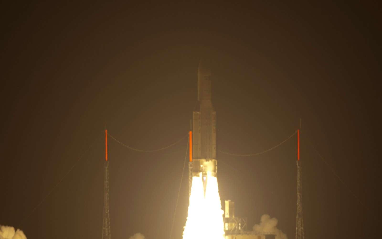 Après un report de 24 heures, Ariane 5 et l'ATV Johannes Kepler ont décollé dans la nuit de mardi à mercredi à 22 h 50 min 55 s précises, malgré des conditions météorologiques peu clémentes pour les spectateurs. 1 h 03 min 53 s plus tard, l'ATV-2 a été injecté sur orbite à 270,2 kilomètres. On notera que le lanceur a survolé l'Europe, environ 20 minutes après son décollage. © Esa/S. Corveja