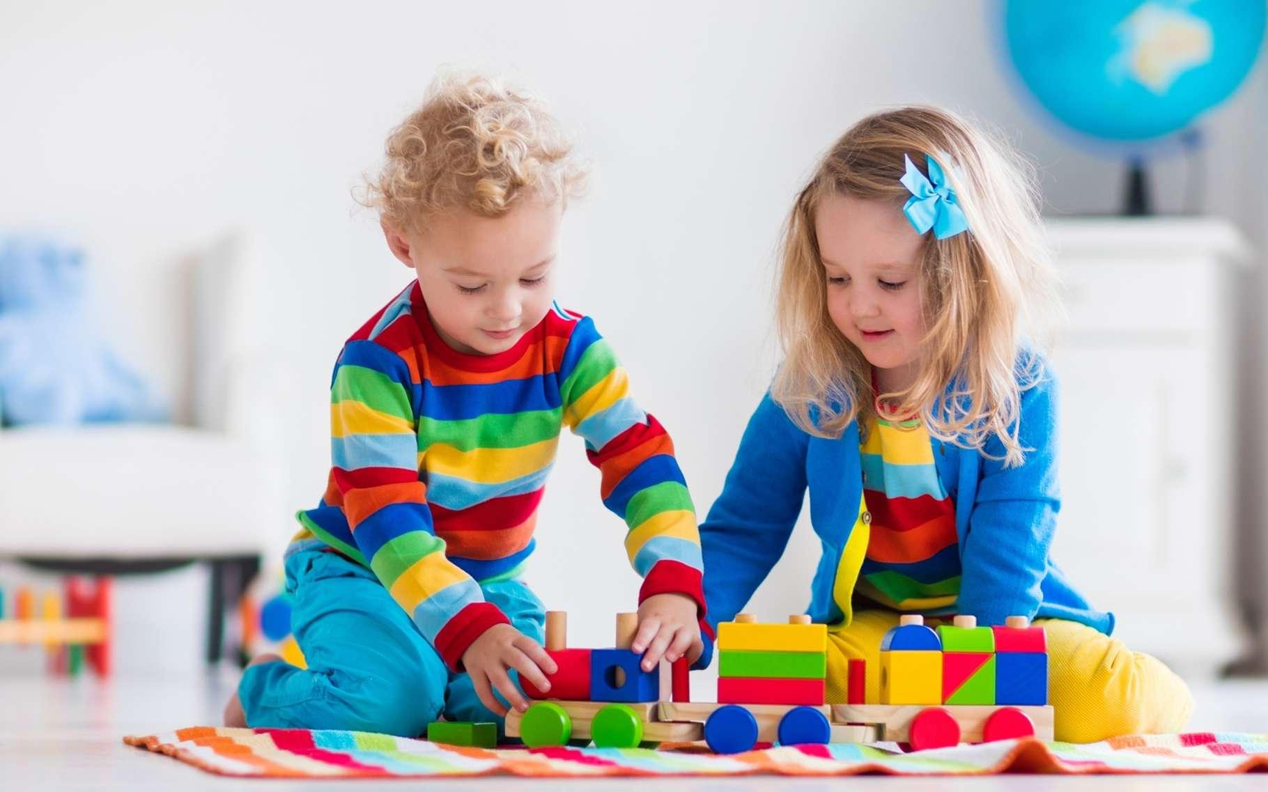 Des dizaines de substances chimiques sont présentes dans l'air et les poussières de l'intérieur des habitations. Plus près du sol, les enfants y sont particulièrement exposés. © FamVeld, Shutterstock.com