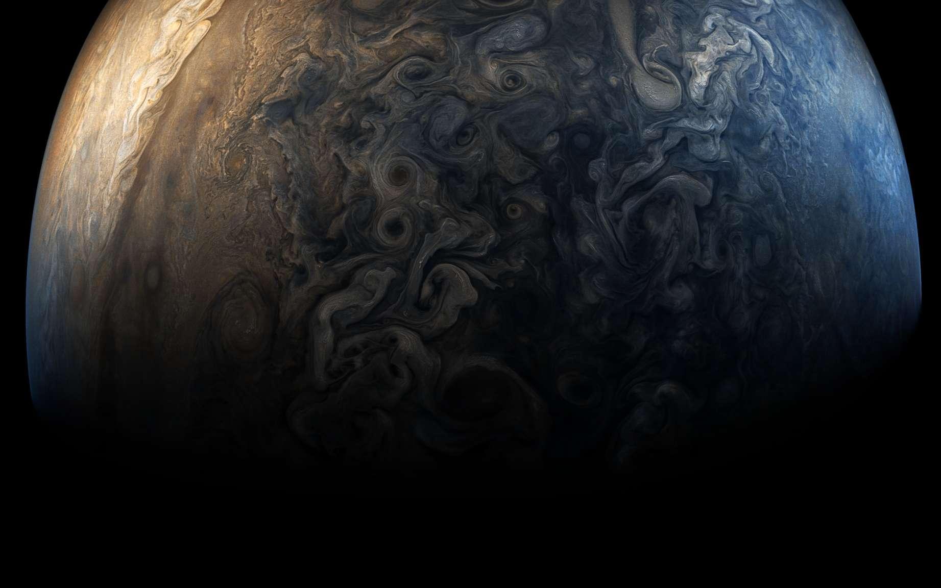 Jupiter en 2017. Image traitée prise par la sonde Juno. Le pôle sud de la géante gazeuse est à droite. La variété de ses phénomènes atmosphériques est fascinante. © Nasa, SwRI, MSSS, Gerald Eichstädt, Seán Doran