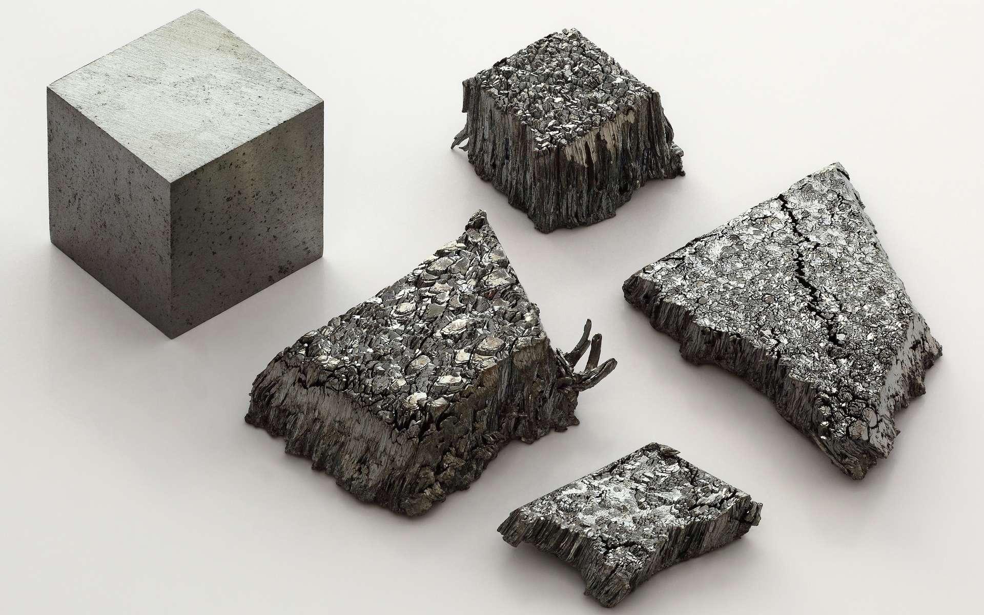 Le lutécium fait partie des terres rares. C'est le dernier élément chimique des lanthanides. Ici du lutécium sublimé sous une modification dendritique pure à 99,995 % et un cube d'un centimètre d'arête de lutécium (99,9 %) refondu à l'arc. © Alchemist-hp, Wikimedia Commons, CC by-nc-nd 3.0