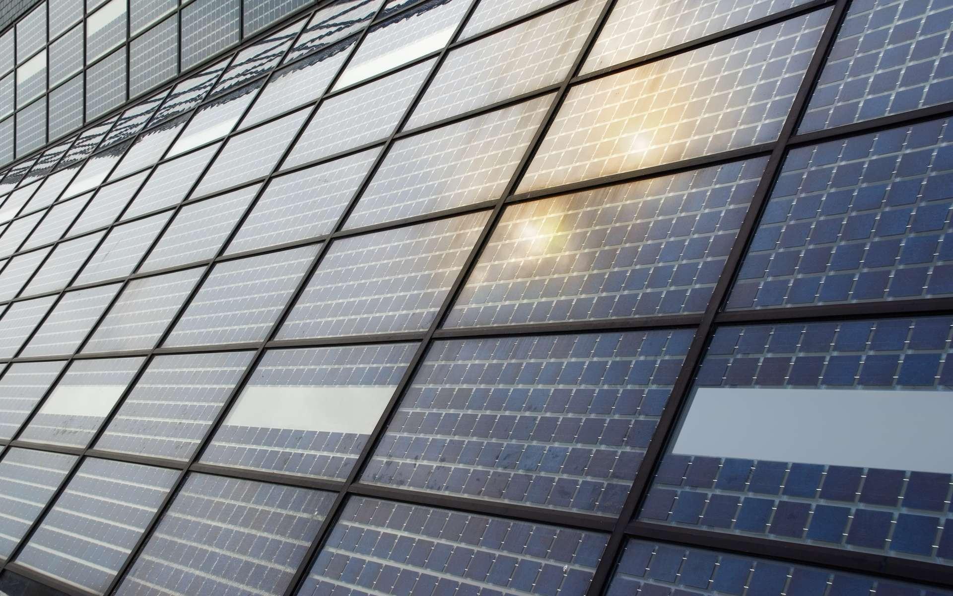 En milieu urbain, ce revêtement appelé Wattway, véritable route solaire, pourrait alimenter l'éclairage public. © Hugo Maes, shutterstock.com