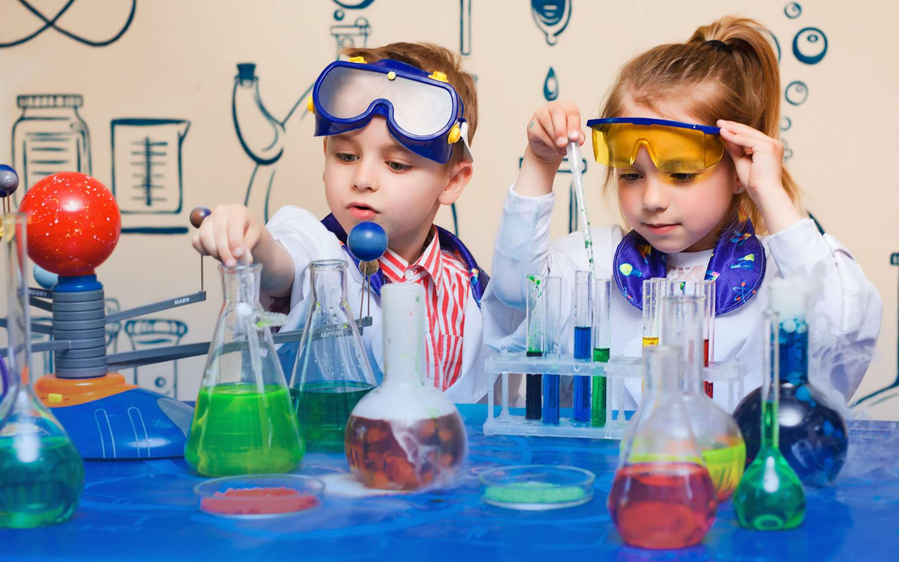 Lorsqu'on leur donne l'occasion de manipuler le monde qui les entoure, nos enfants deviennent soudain plus réceptifs aux apprentissages. © aemstock, Fotolia