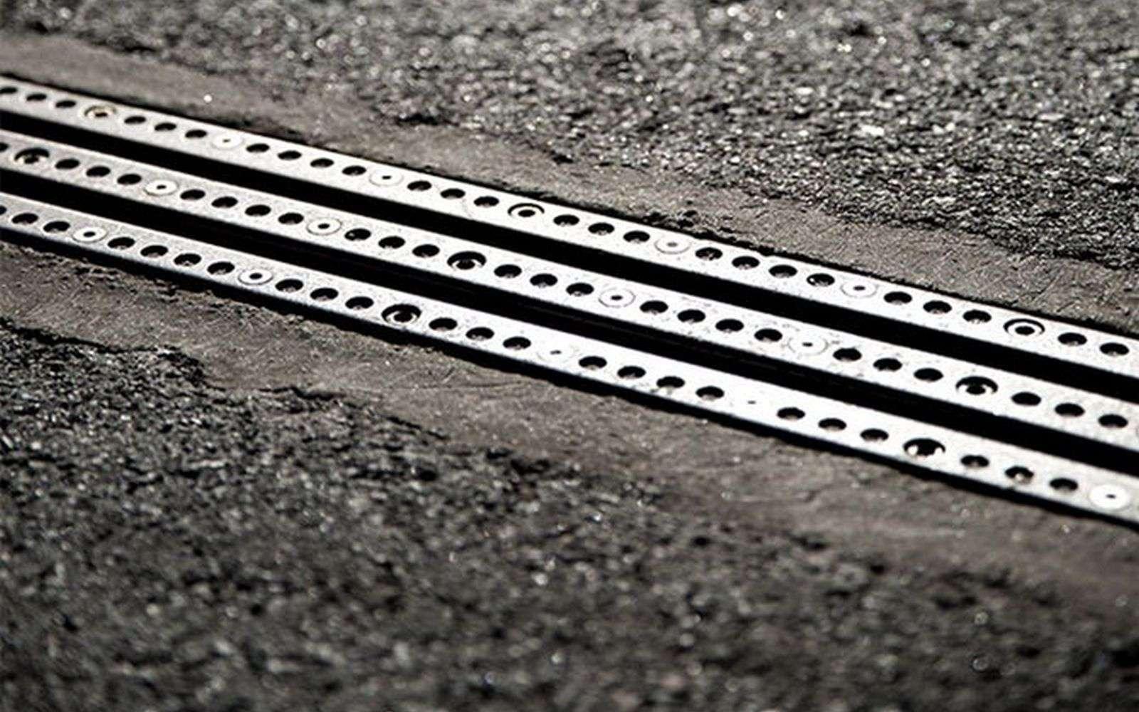 Le rail électrifié de eRoadArlanda, la première route qui recharge les voitures électriques, est relié à la terre pour prévenir tout risque d'électrocution. © eRoadArlanda
