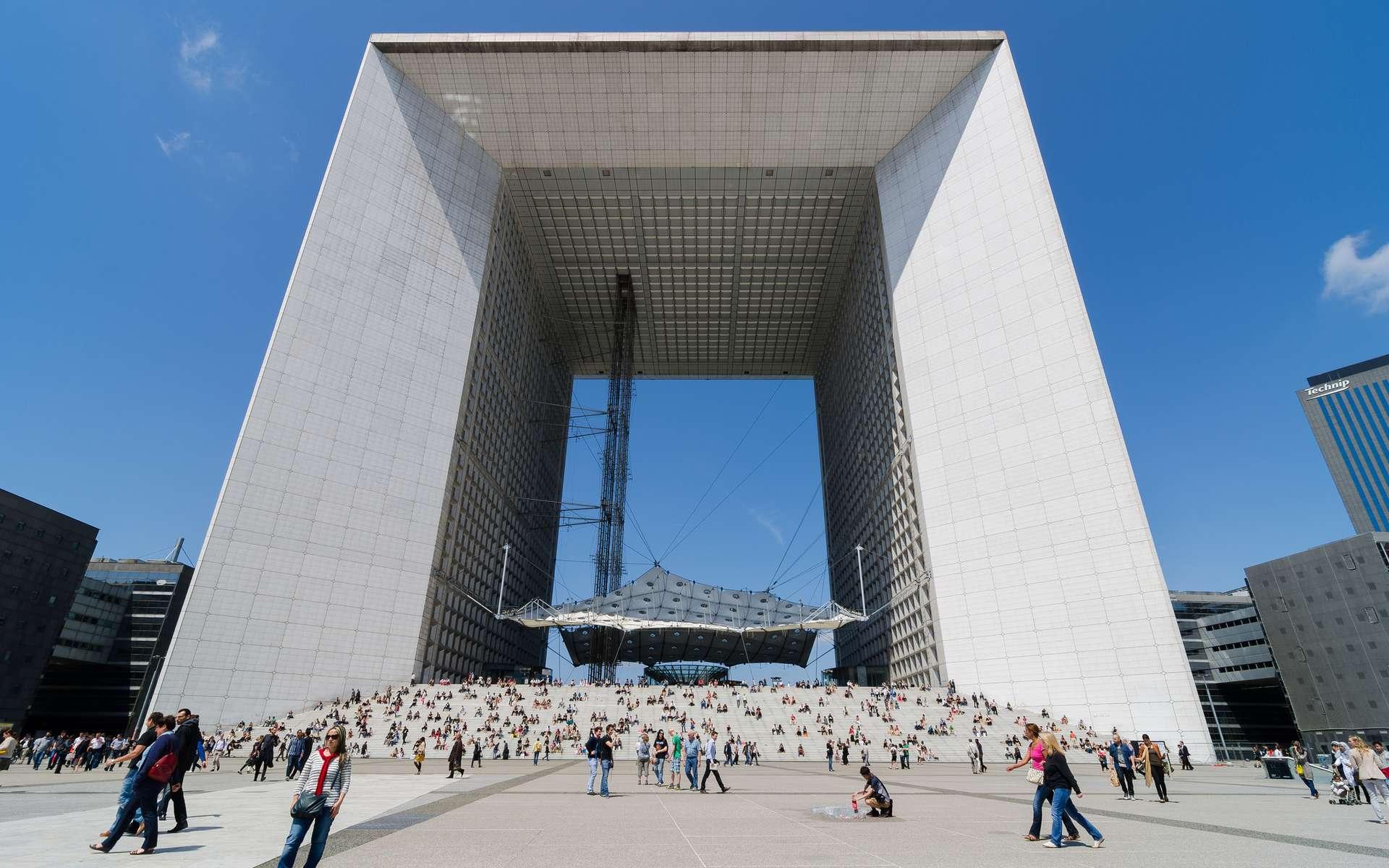 L'arche de la Défense à Paris mesure 110 mètres de hauteur, elle est entièrement recouverte de plaques de verre. © Shepard4711, Flickr, CC by-sa 2.0
