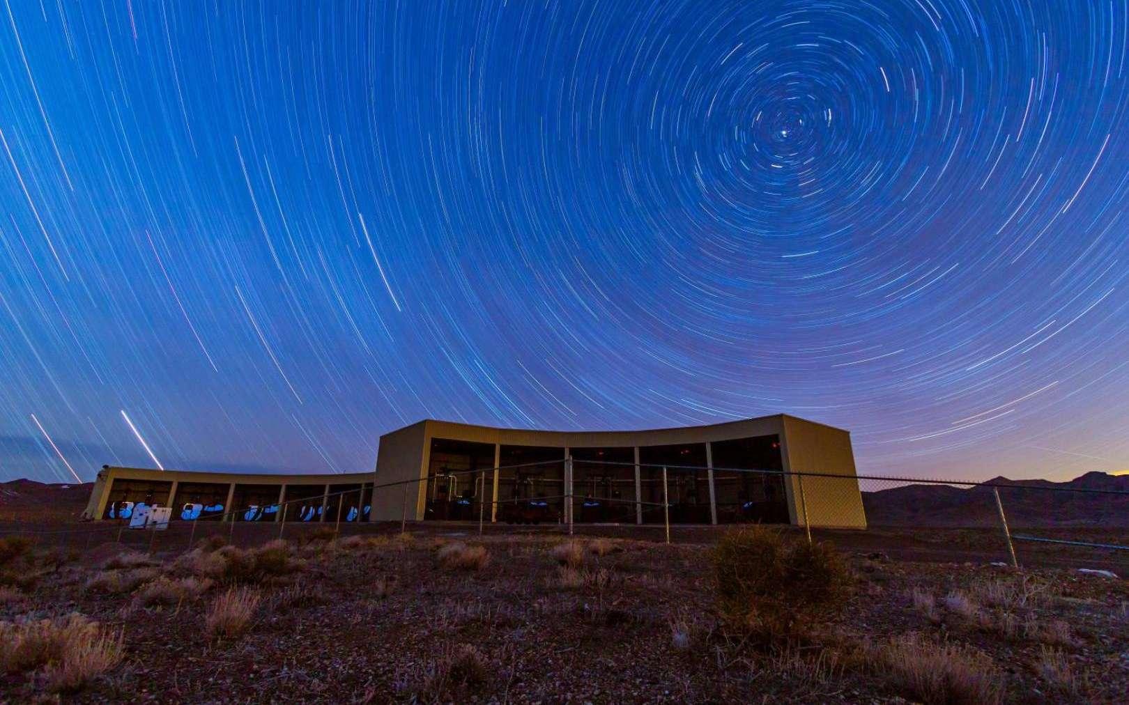 Cette photo montre la station de détection de fluorescence Middle Drum dans le vaste observatoire de rayons cosmiques du Telescope Array dans l'Utah. L'observatoire actuel comprend trois de ces stations de télescopes, qui contiennent des miroirs pour détecter de faibles éclairs bleus dans le ciel lorsqu'un rayon cosmique entrant frappe des noyaux dans l'atmosphère. Les instruments sont utilisés par des scientifiques du Japon, de l'Université de l'Utah et de plusieurs autres pays pour déterminer la source mystérieuse des particules les plus puissantes de l'univers, les rayons cosmiques à très haute énergie. © Ben Stokes, Université de l'Utah