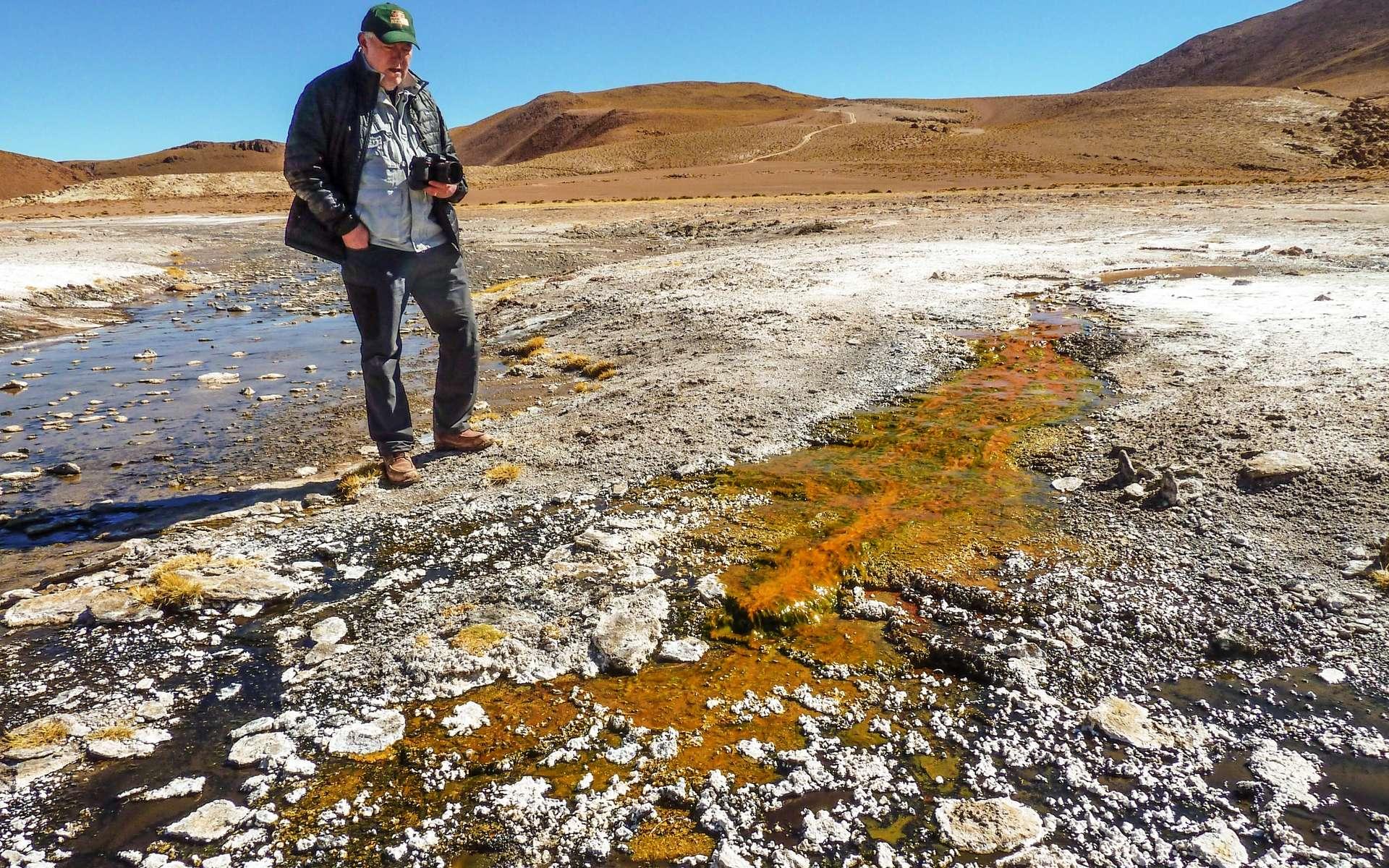 L'exobiologiste Jack Farmer inspecte un écoulement issu d'une des sources chaudes d'El Tatio au Chili. Il est coloré par la présence de micro-organismes. L'air est particulièrement sec et la température descend en dessous de zéro chaque nuit en ce lieu en altitude dans la Cordillère des Andes. Le rayonnement ultraviolet y est aussi plus intense, ce qui fait de ce lieu du désert de l'Atacama l'environnement le plus proche sur Terre de ce qu'ont dû être certaines sources chaudes martiennes. © Steve Ruff