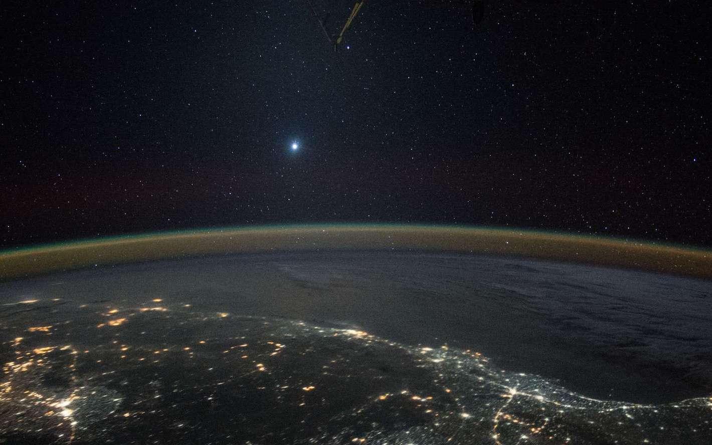 Vénus brille au-dessus de la Terre. Photo prise à bord d'ISS, le 5 décembre 2015, au-dessus de l'Inde. © Nasa