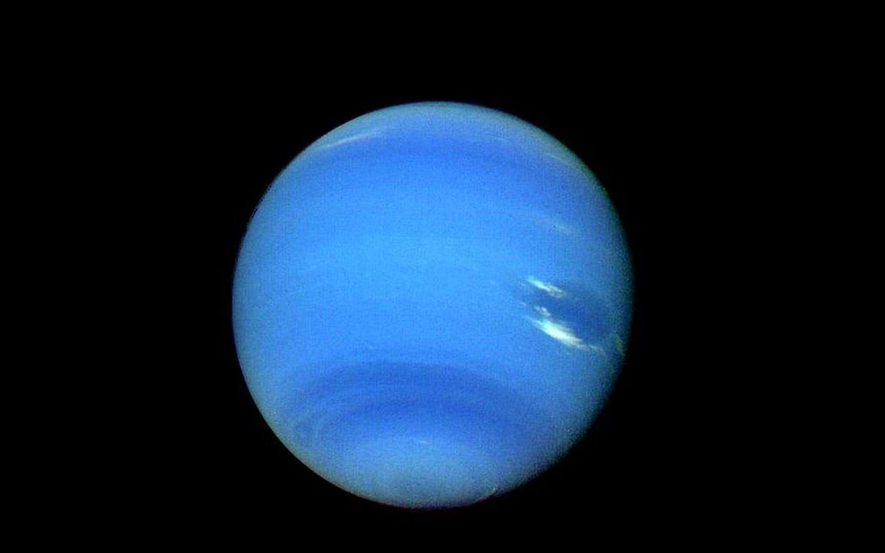 Alors que Voyager 2 approchait de Neptune, la résolution d'image en augmentation rapide révélait de nouveaux détails saisissants (image acquise le 14 août 1989). © Nasa, JPL