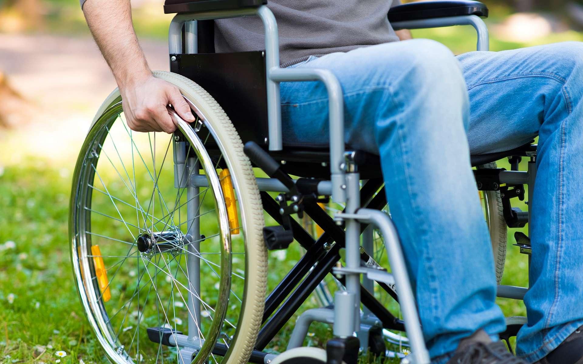 Le syndrome pyramidal peut entraîner la paraplégie, c'est-à-dire la paralysie des deux membres inférieurs. © Minerva Studio, Shutterstock