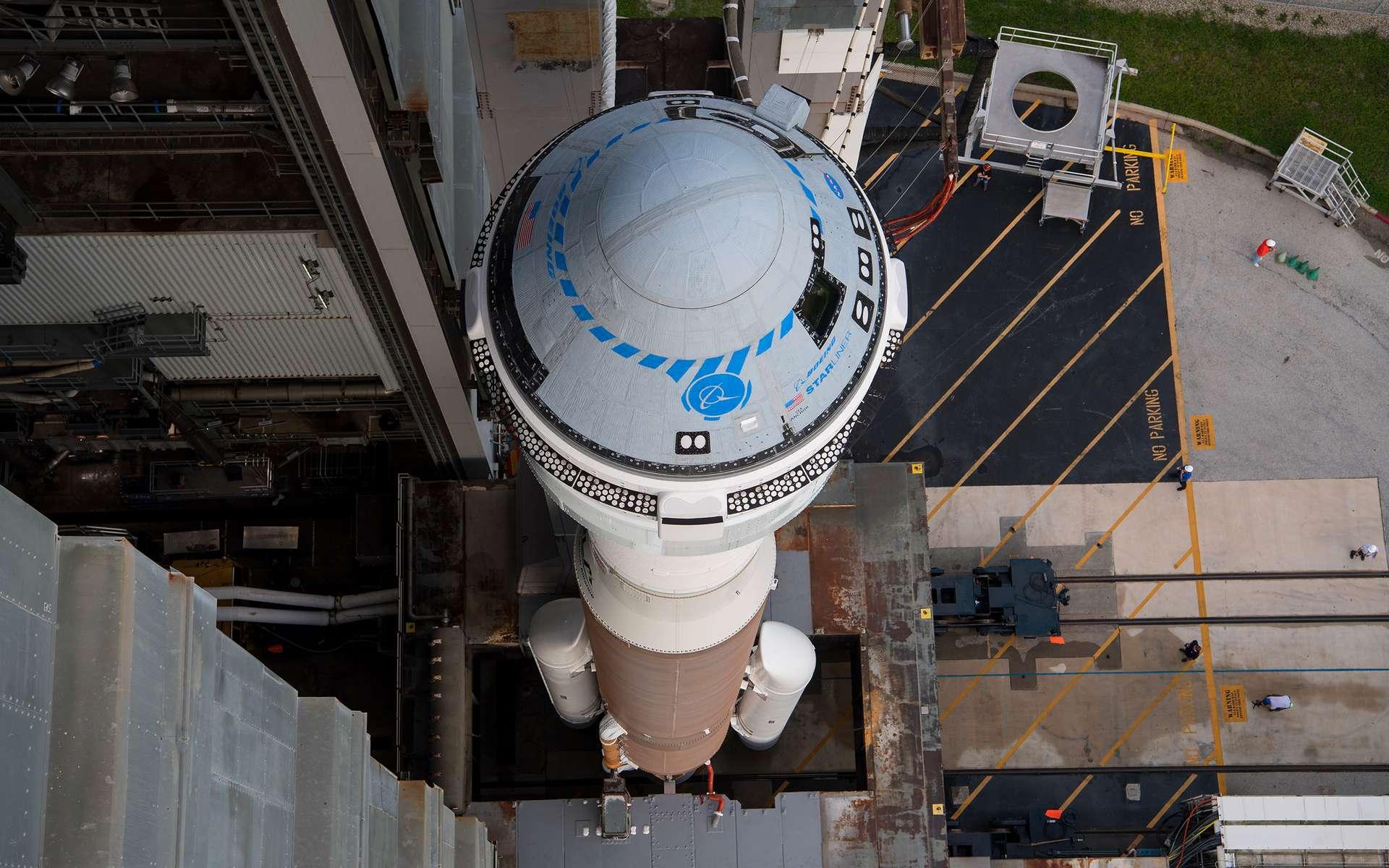 Le Starliner de Boeing, à bord d'un lanceur Atlas V d'ULA, est ramené dans son bâtiment d'assemblage après que la Nasa et Boeing ont pris la décision de reporter le vol à une date indéterminée. © Nasa
