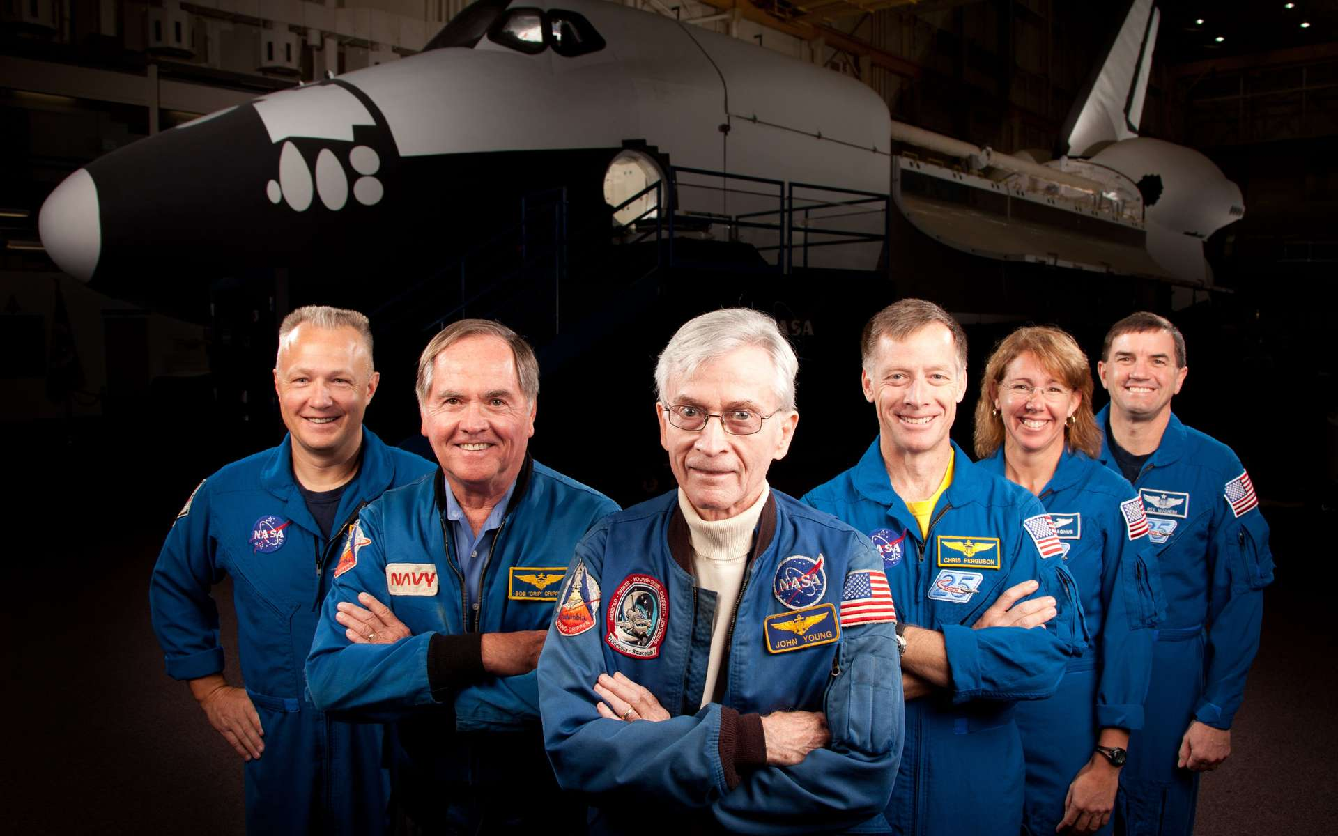 Les équipages des missions STS-1 (première mission d'une navette) et STS-135 (dernière mission) réunis pour une photo souvenir. De gauche à droite : Doug Hurley (pilote de STS-135), Robert Crippen (pilote de STS-1), John Young (commandant de STS-1 qui avait marché sur la Lune en 1972 avec la mission Apollo 16), Chris Ferguson (commandant de STS-135) ainsi que les astronautes Sandy Magnus et Rex Walheim.© Nasa Photo/Houston Chronicle, Smiley N. Pool