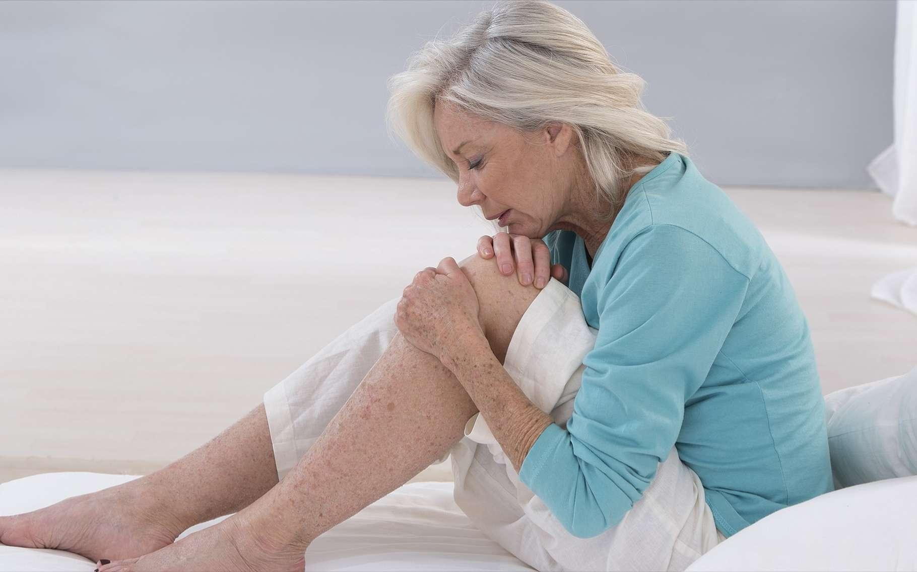 Des douleurs articulaires peuvent être le signe que la bactérie responsable de la maladie de Lyme se répand dans l'organisme. © JPC-PROD, Shutterstock