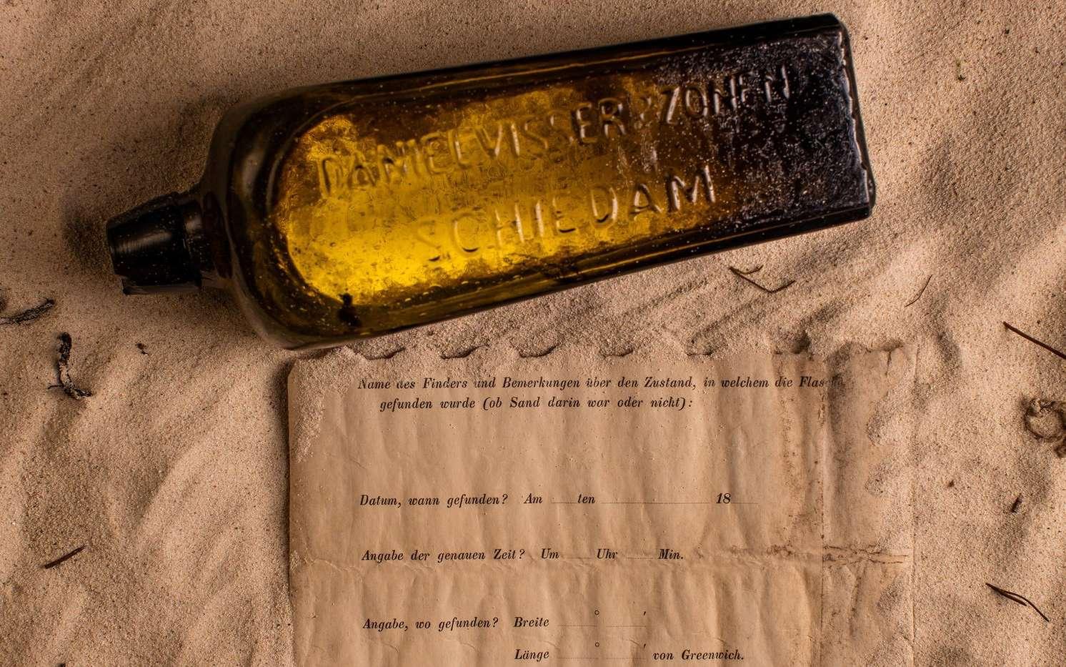 La bouteille à la mer retrouvée par Tonya Illman et le message imprimé qui était à l'intérieur. © Kymillman.com