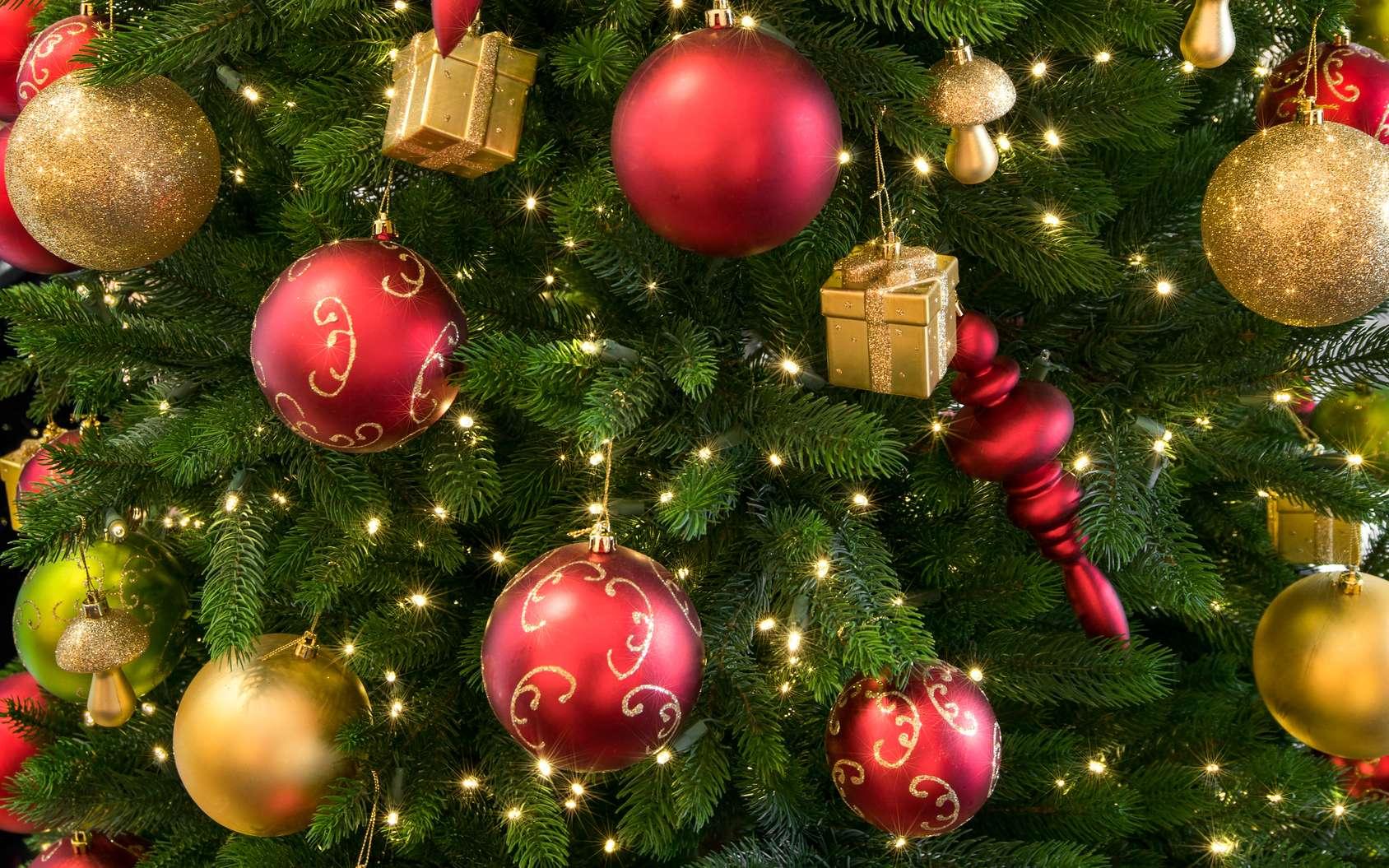 Quelle est l'origine des boules de Noël ? Pourquoi sont-elles souvent rouges ? © eyetronic, fotolia