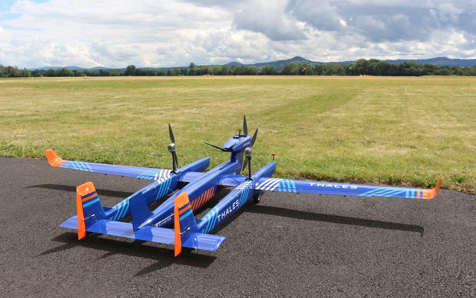 Un bel avion est un avion qui vole bien. Pour l'UAS, on ne peut pas dire que l'esthétisme soit sa première qualité. En revanche, il sera capable d'évoluer sur un rayon de 100 km avec ses motorisations électriques et thermique. © Thales