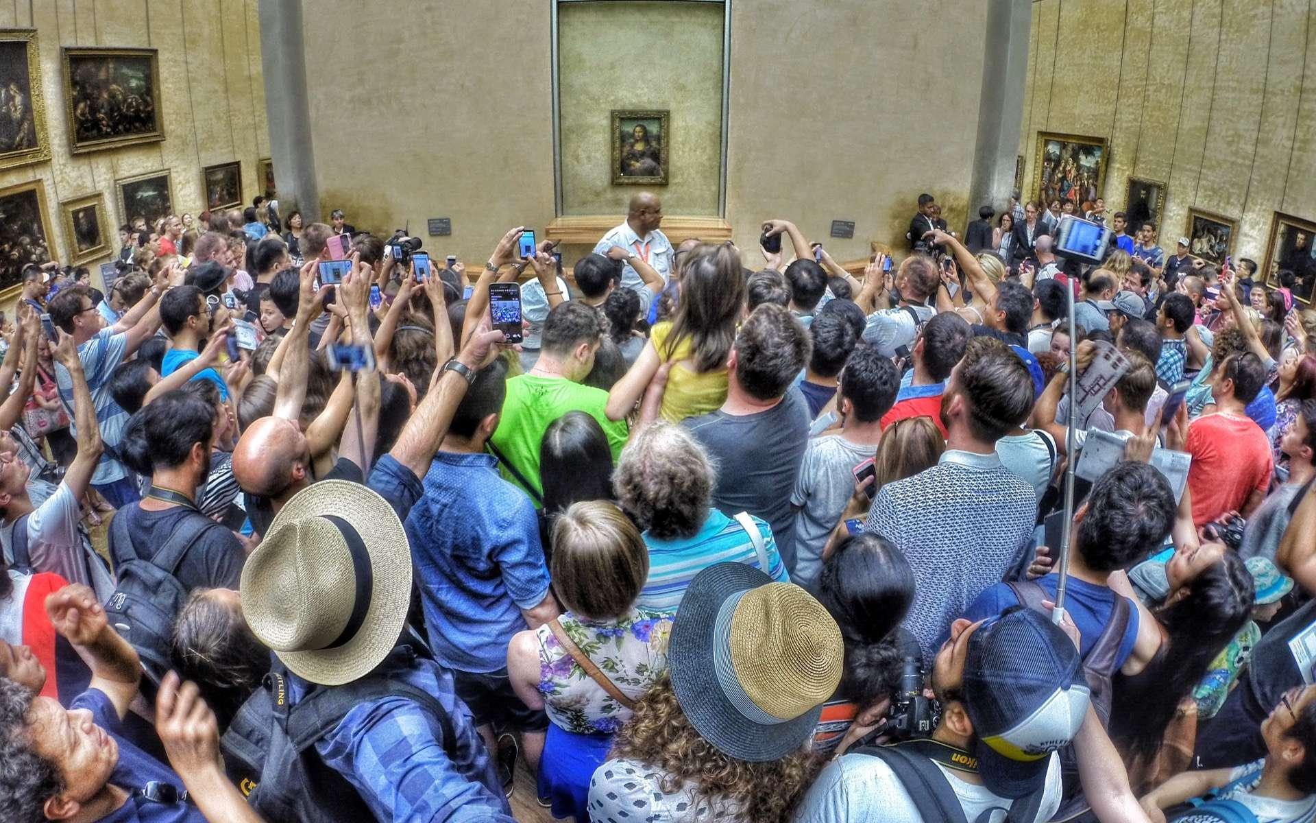 La foule devant la Joconde, le tableau de Léonard de Vinci. Palais du Louvre, Paris. © Max Fercondini, Wikimedia Commons, CC by-sa 4.0