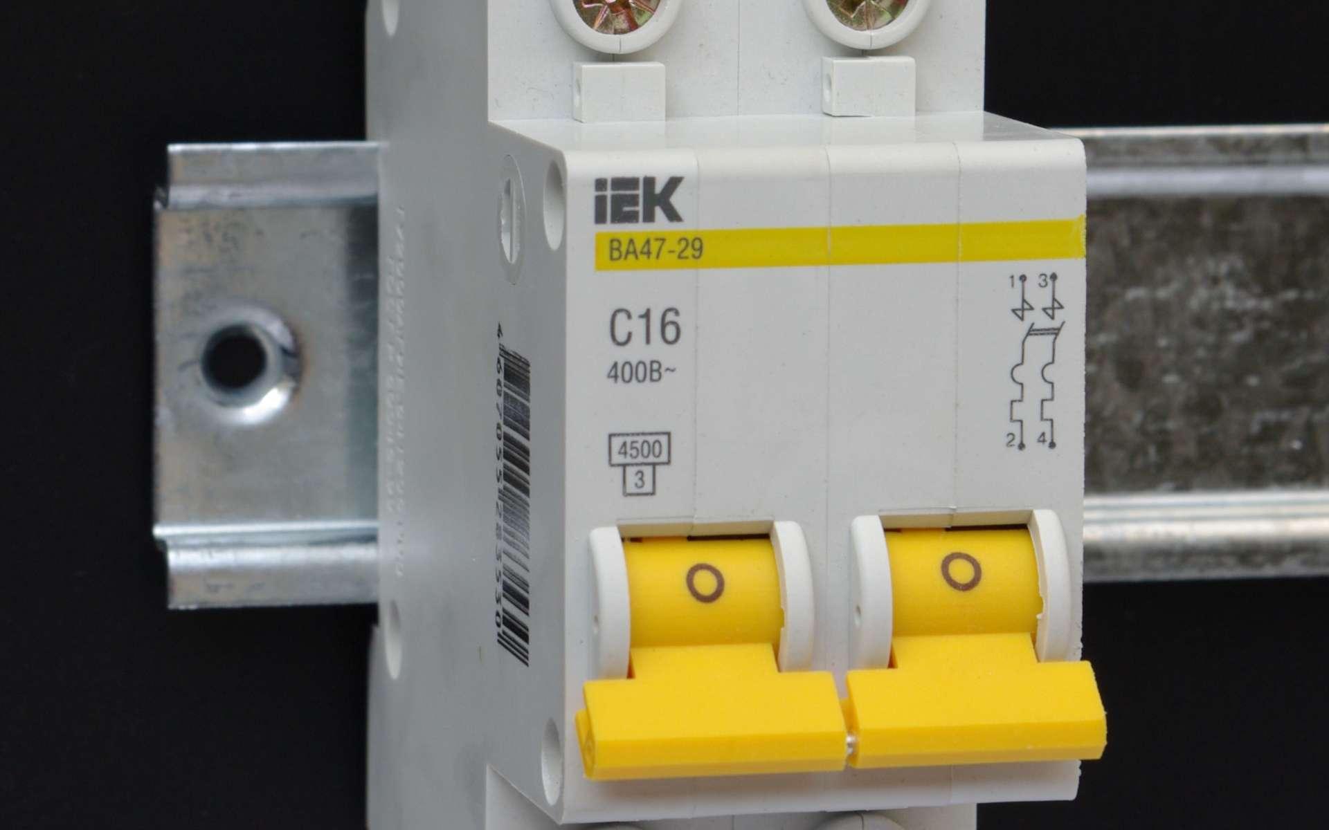 Le tableau électrique demande parfois de savoir installer des modules électriques © Kae, Wikimedia Commons, cc by sa 3.0