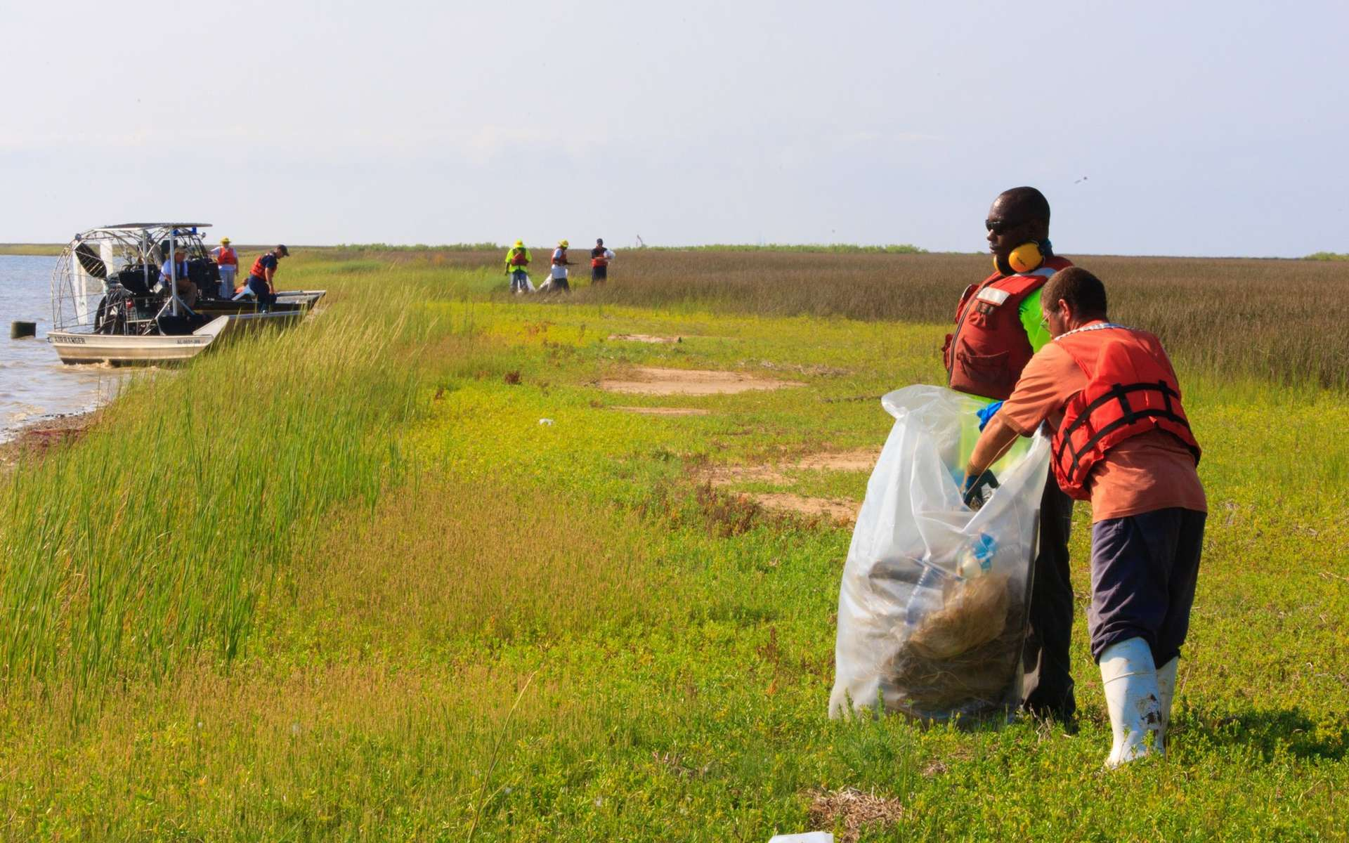 Nettoyage, le 12 septembre 2010, d'une plage de l'île Coffee, près de Bayou la Batre, dans l'Alabama. © BP