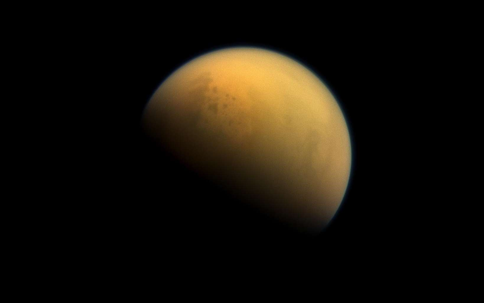Une molécule prébiotique a été découverte dans l'atmosphère de Titan. Ici, l'atmosphère dense et brumeuse de Titan photographiée par la sonde Cassini. © Nasa, JPL-Caltech, Space Science Institute