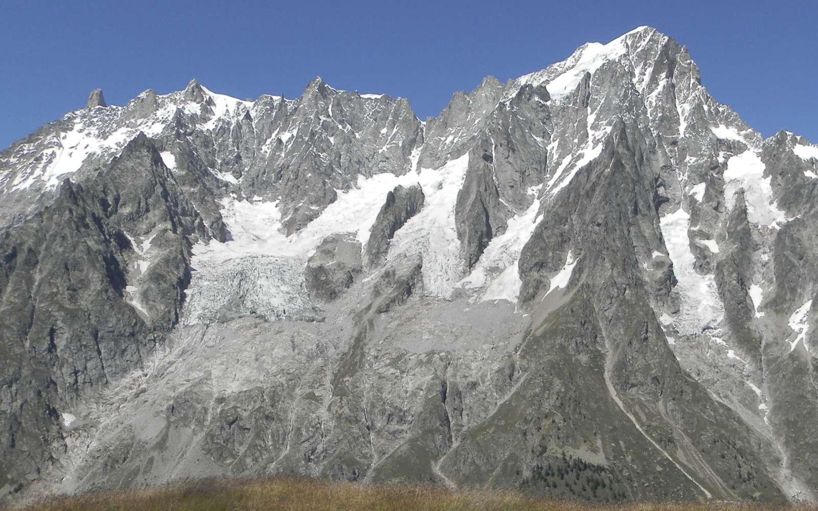 À cheval sur la Haute-Savoie (France) et la Vallée d'Aoste (Italie), la face sud des Grandes Jorasses et, à gauche, le glacier de Planpincieux sur le massif du Mont-Blanc.