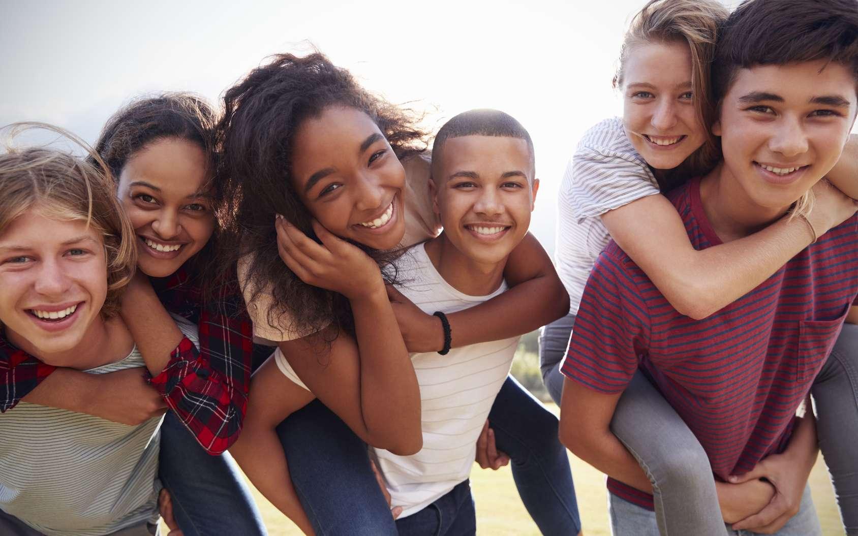 Sous l'effet des hormones, les filles et les garçons subissent une mue de leur voix à l'adolescence. © Monkey Business, fotolia