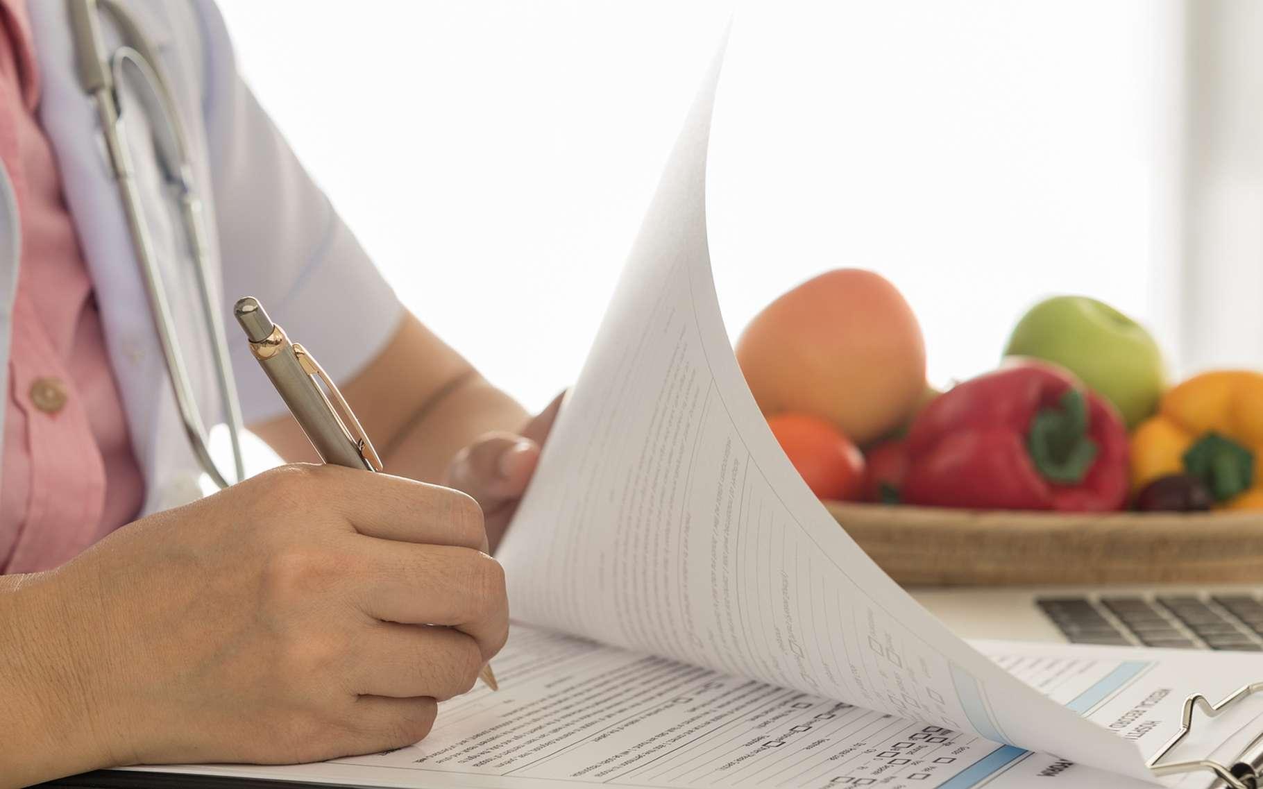 Un nutritionniste, c'est un médecin, contrairement au diététicien. Il pourra vous aider à mettre en place un régime adapté. © create jobs 51, Shutterstock