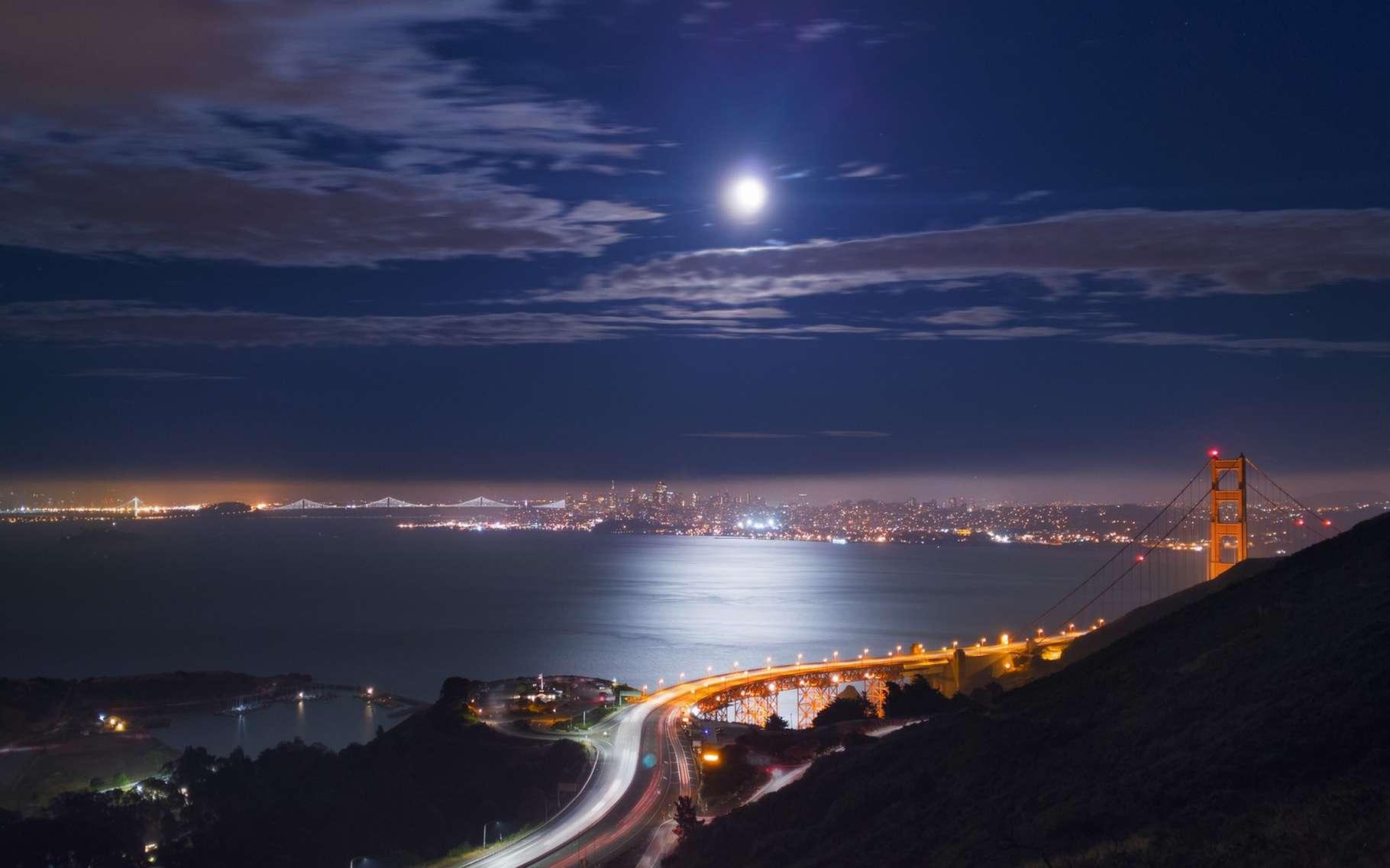 Cette photo de nuit de la baie de San Francisco et du Golden Gate Bridge a été prise avec un smartphone Nexus 6P. © Google