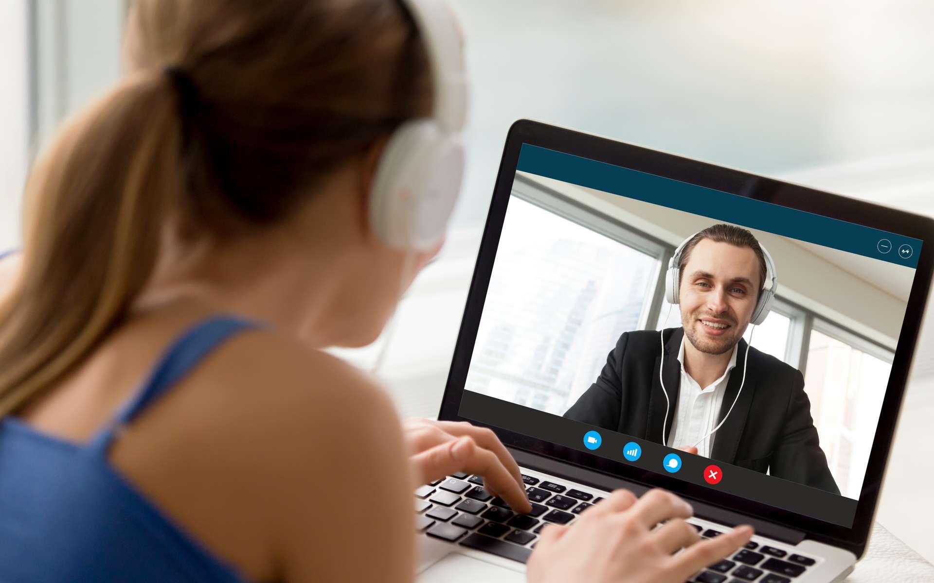 La web-conférence est le moyen le plus simple et le plus utilisé pour organiser des réunions avec ses collègues en période de confinement. © fizkes, Adobe Stock
