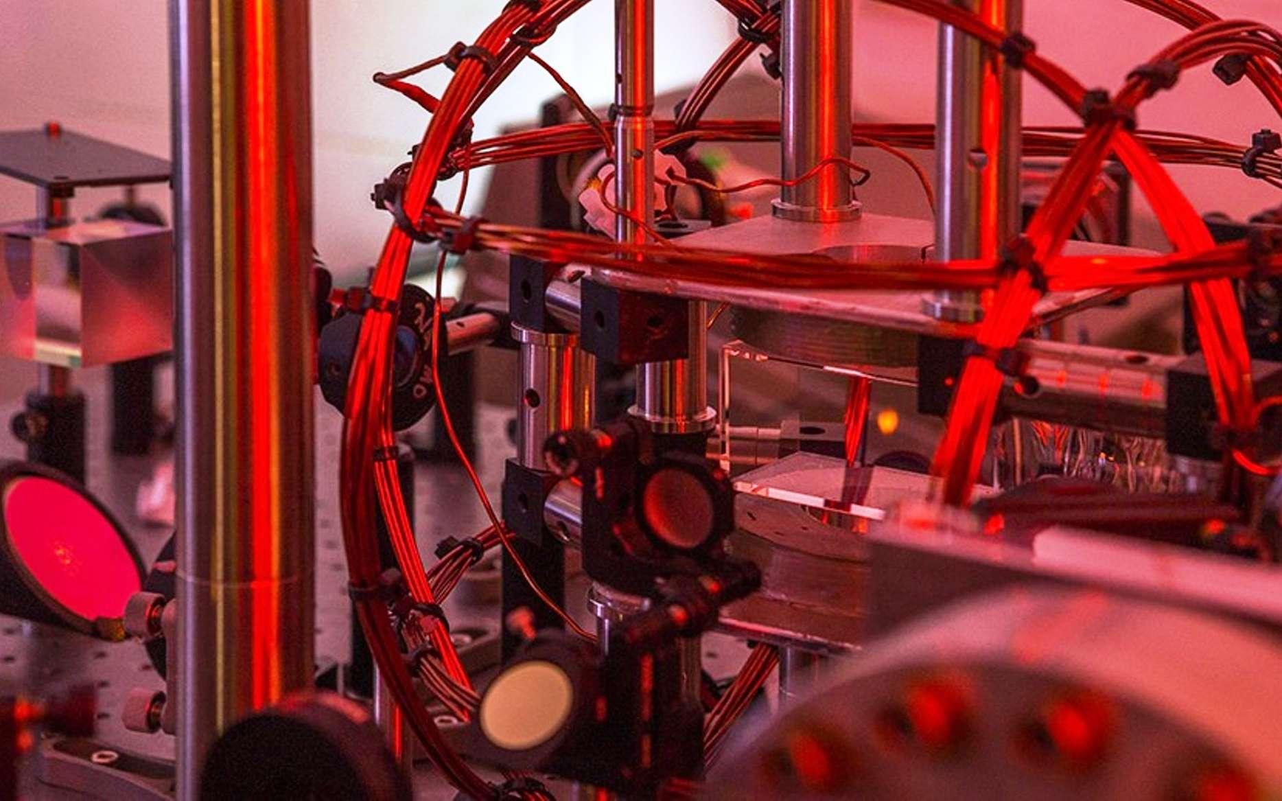 Une vue de l'expérience avec un condensat de Bose-Einstein produit et contrôlé par un système utilisant l'intelligence artificielle. © Stuart Hay, ANU