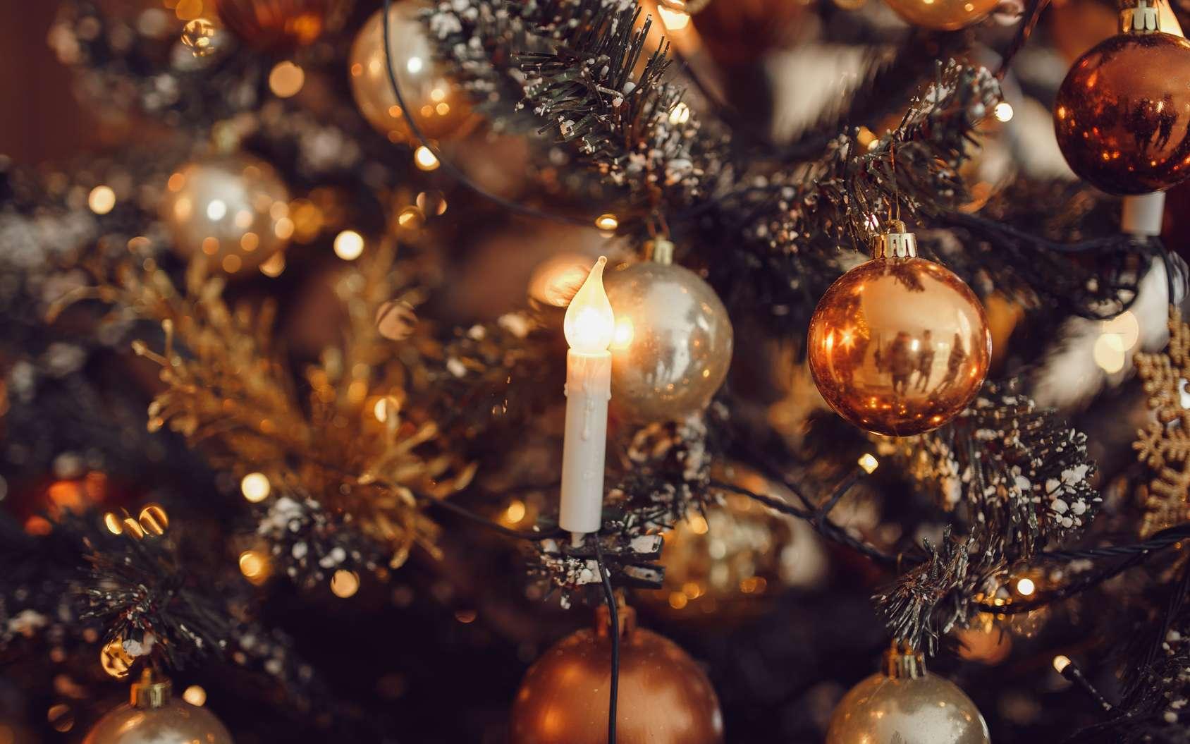 À Noël, gare aux bougies et décorations dangereuses sur le sapin. © Parilov, Fotolia