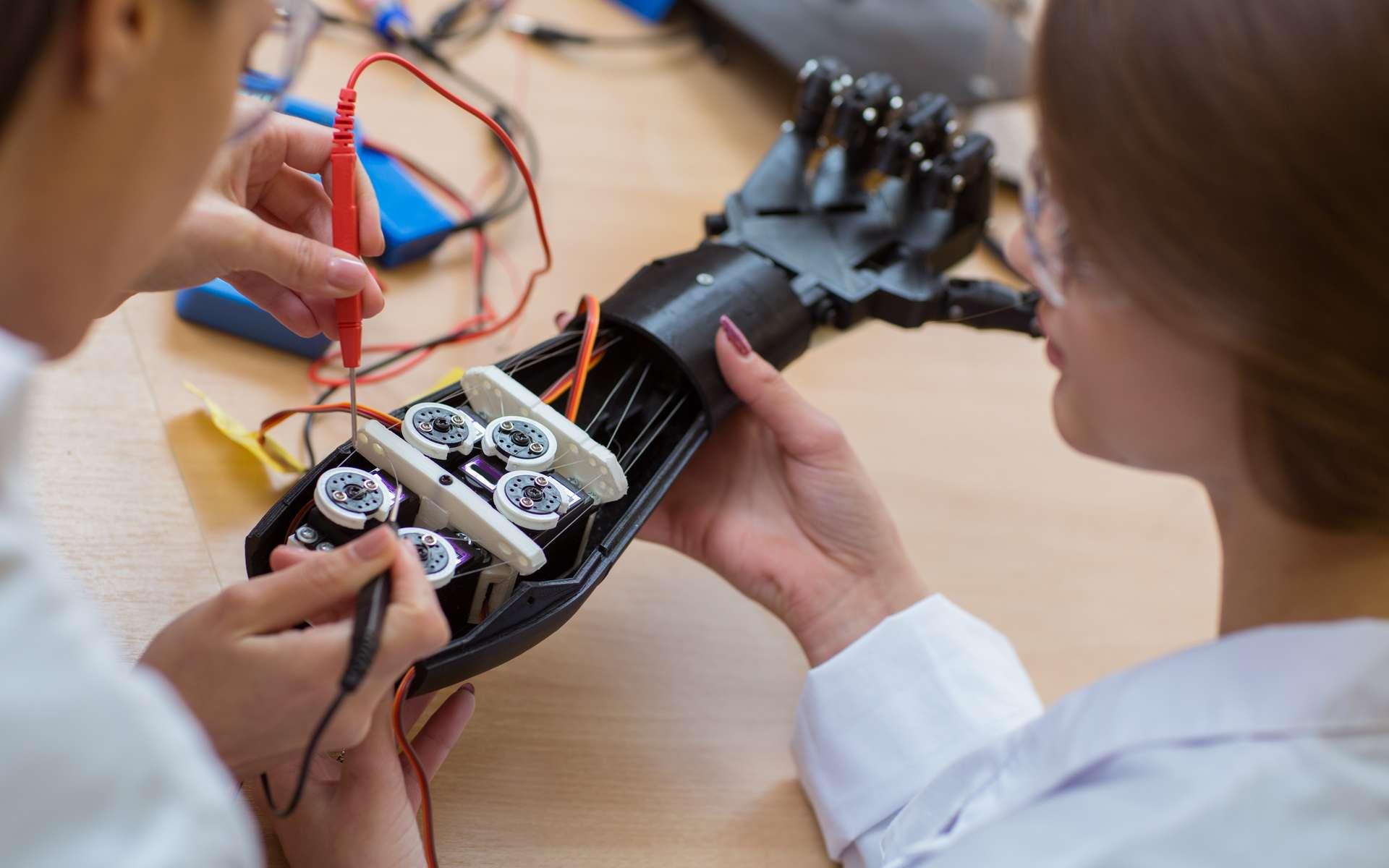 Développer une prothèse de main commandée par un casque EEG suite à un entraînement par réalité virtuelle, tel est le projet de l'ESME Sudria. © Zoriana, Adobe Stock