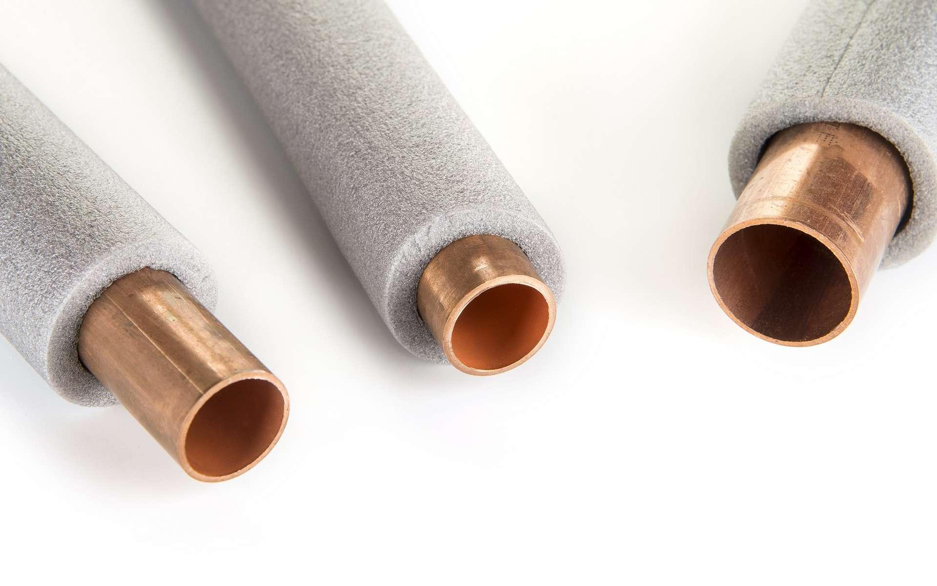 Isoler les tubes d'un circuit de chauffage ou d'eau chaude sanitaire permet de réduire les déperditions thermiques sur l'ensemble du circuit. © Otto, Adobe Stock