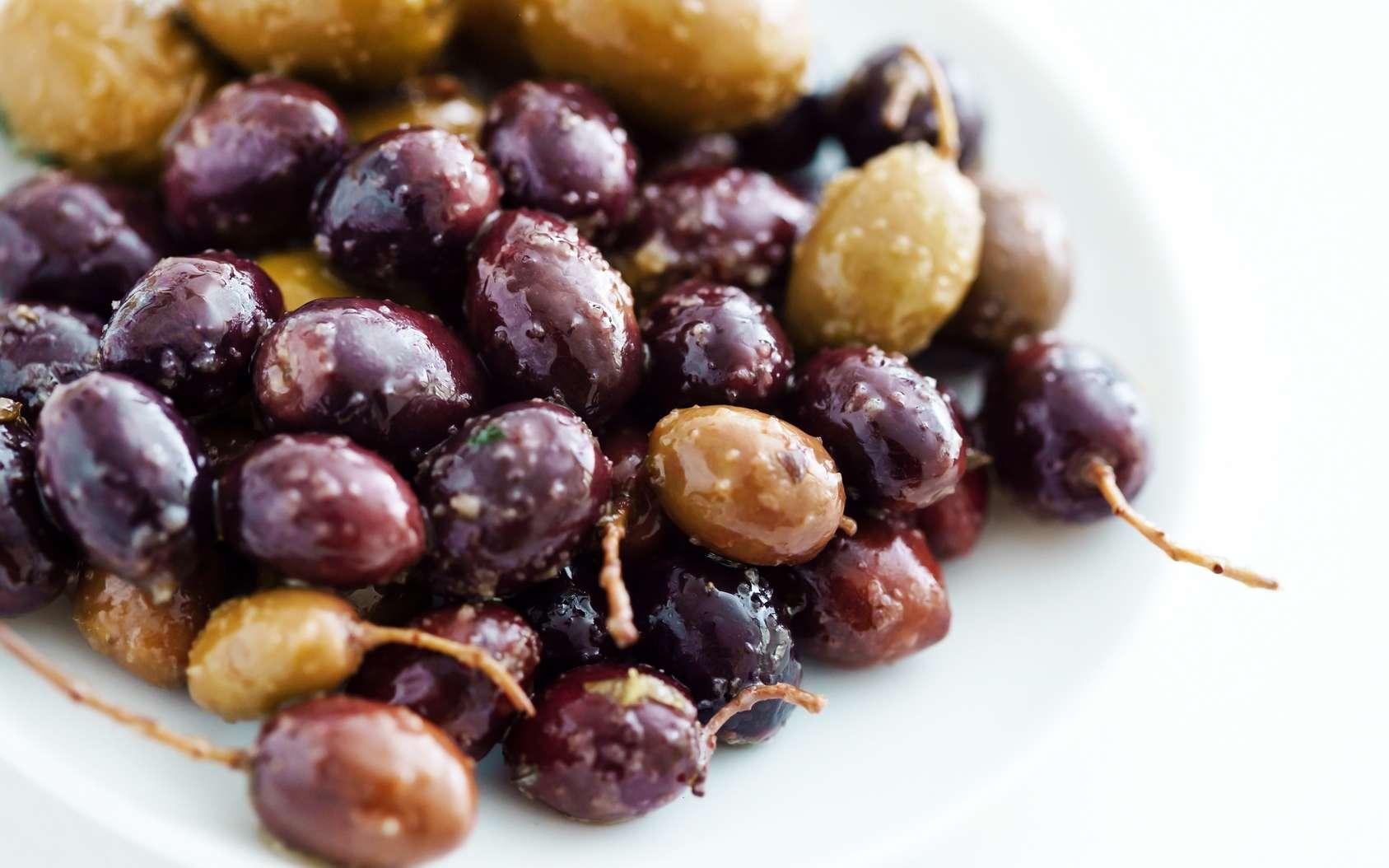 Olives vertes et olives noires ne sont autres que les deux aspects d'un même fruit. © Maksim Shebeko, fotolia