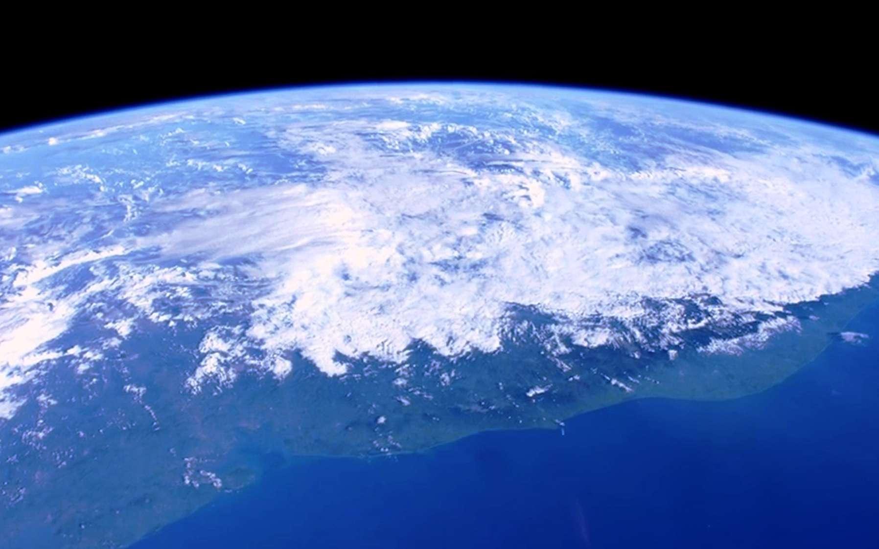 La stratosphère correspond à la deuxième couche de l'atmosphère terrestre. Elle est située entre une dizaine (8 à 15) et une cinquantaine de kilomètres d'altitude, c'est-à-dire entre la troposphère, juste en dessous d'elle, et la mésosphère, qui la chevauche. La stratosphère joue un rôle majeur dans les températures à la surface de la Terre. © Nasa