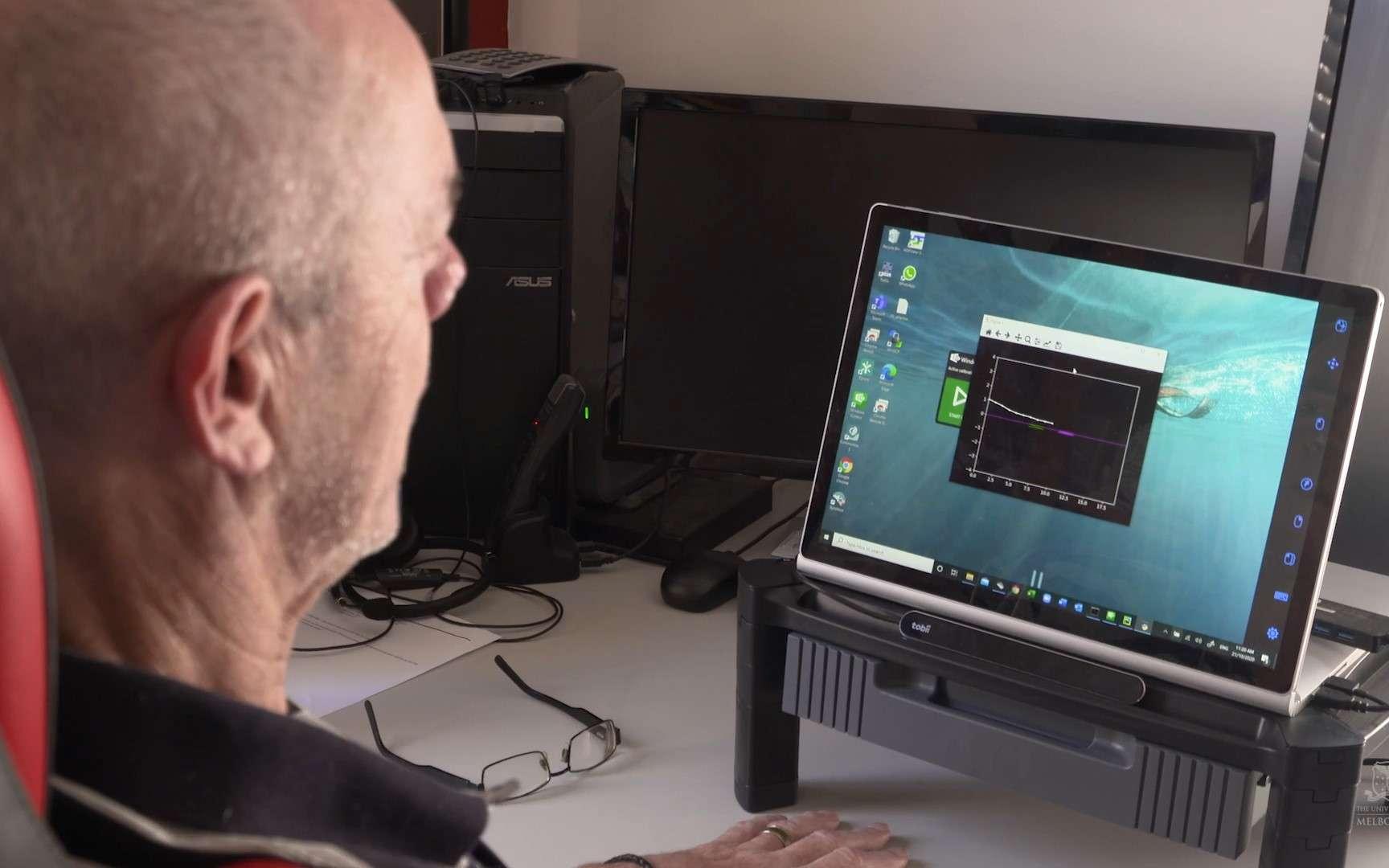 Grâce à l'implant cérébral Stentrode, cet homme parvient à contrôler un ordinateur par la pensée. © Université de Melbourne