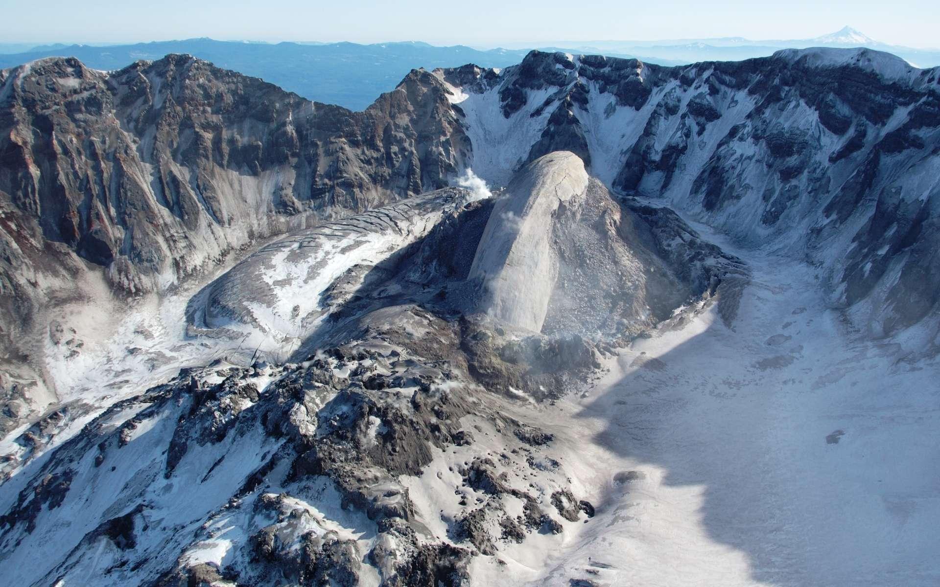 Un dôme de lave visqueuse dans le cratère en fer à cheval du mont Saint Helens, aux États-Unis, un volcan à éruption de type péléen. © DP, Wikipédia