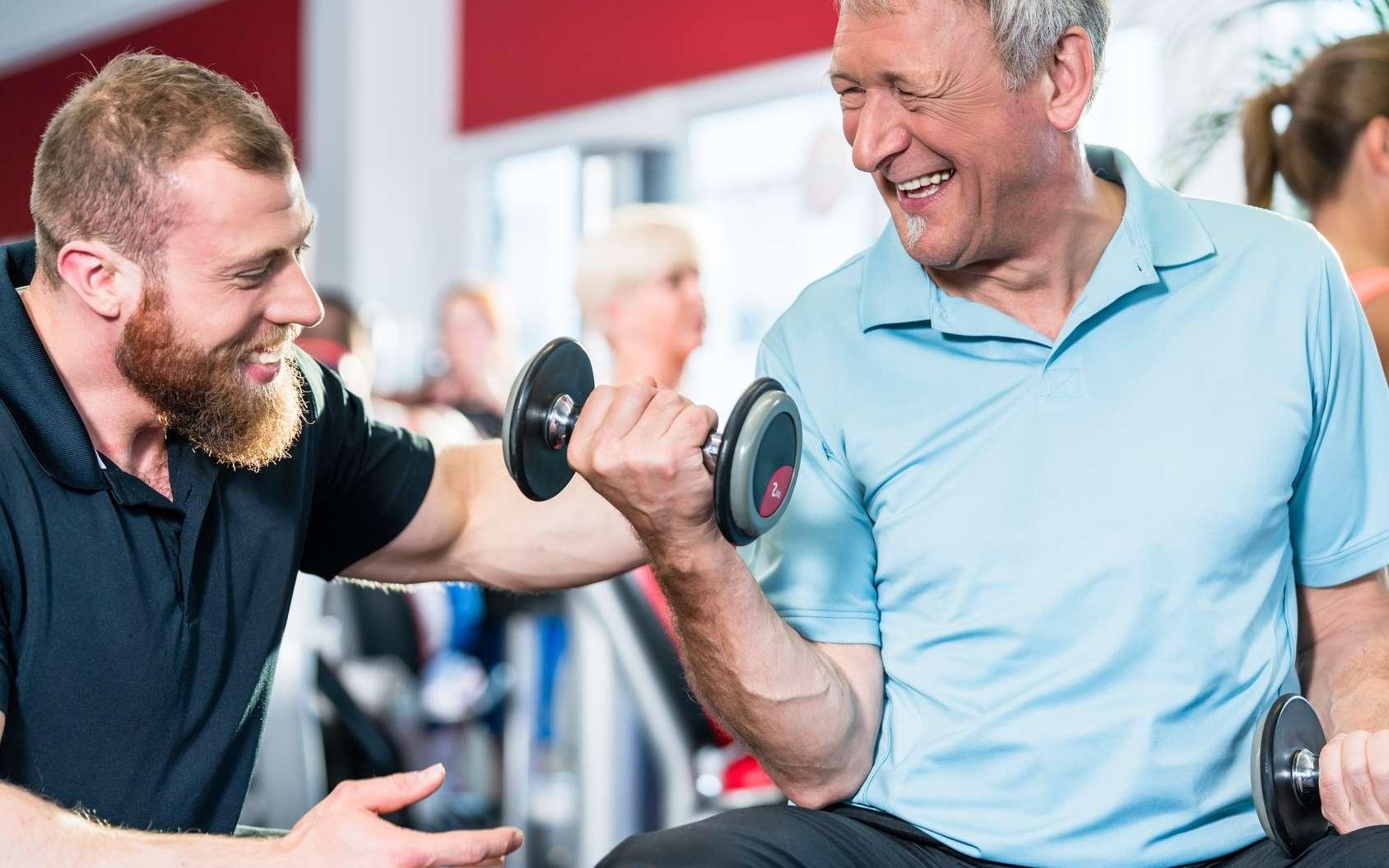 En soulevant des poids pendant moins d'une heure par semaine, on réduit son risque de crise cardiaque et d'AVC. © Kzenon, Fotolia