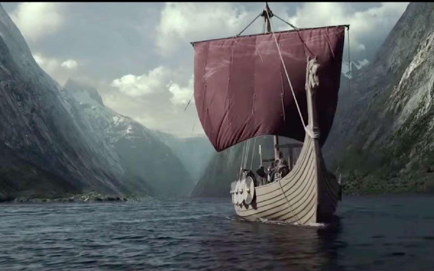 Bateau viking dans un fjord. Scène de la série TV Vikings, sur History. © Histoire Normandie.