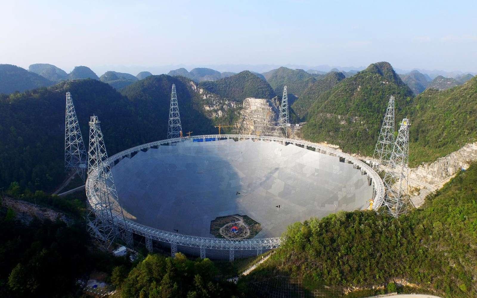 Vue aérienne du radiotélescope Fast (500 mètres de diamètre), construit dans la province de Guizou, dans le sud-ouest de la Chine. © NAOC