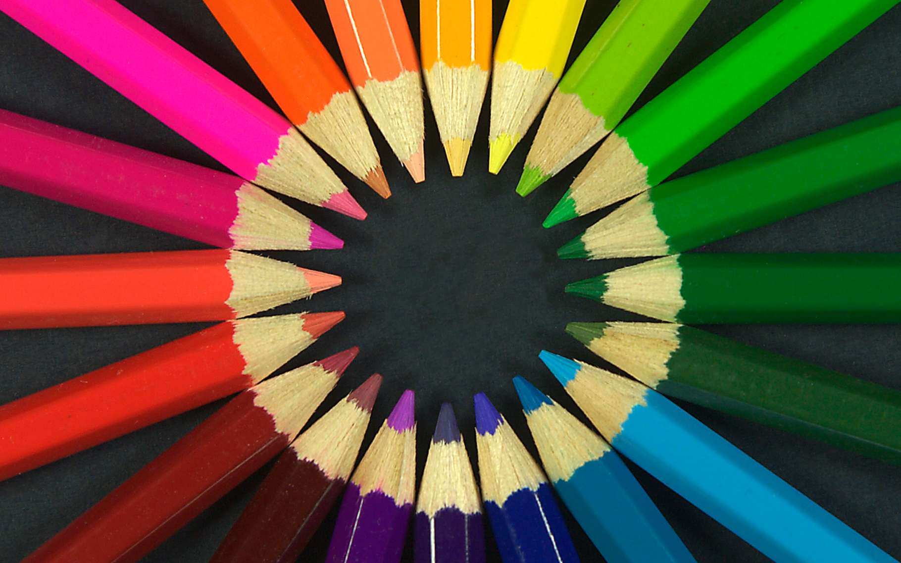 Quel rapport entre la cochenille, la garance, la malachite et la tapisserie de Bayeux ? La variété des longueurs d'onde réémises et qui, via leurs rétines à trois pigments, envoie aux cerveaux des humains des signaux différents qu'on appelle couleurs... © DR