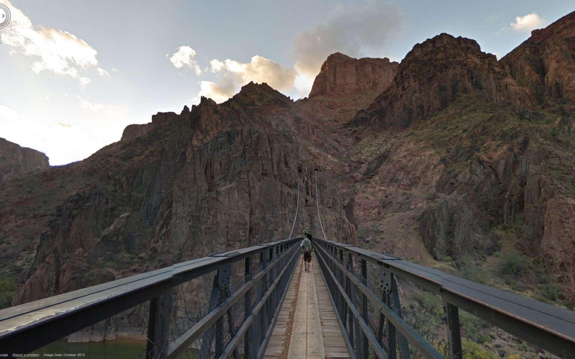 Un pont au-dessus du Colorado. Le système Street View Trekker permet de rendre ce genre d'endroits accessibles à la visite virtuelle. © DR