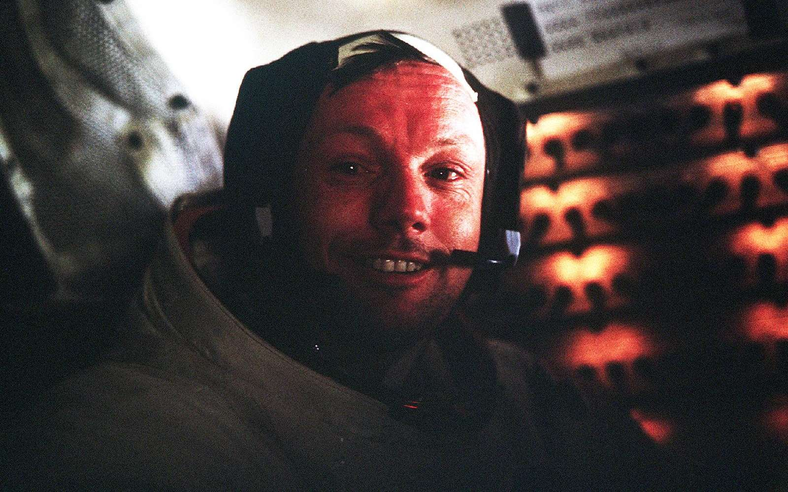 Neil Armstrong en 1969 à l'intérieur d'Apollo 11. Premier Homme qui a marché sur la Lune, il est donc décédé le 25 août 2012 des suites d'une opération du cœur. © Nasa