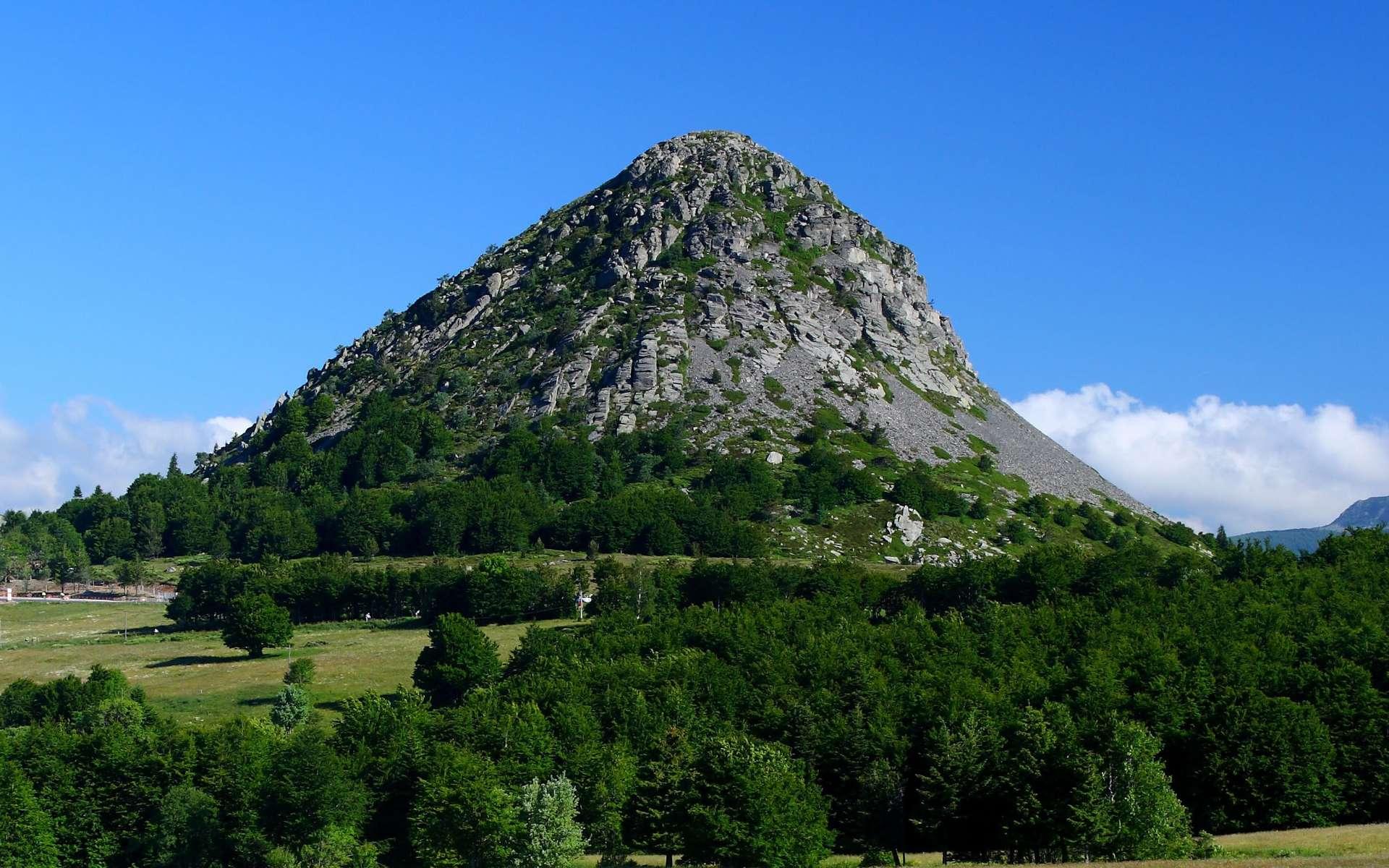 Le mont Gerbier-de-Jonc dans le Massif central, une protubérance phonolitique datée de huit millions d'années. © into the wild, Adobe Stock
