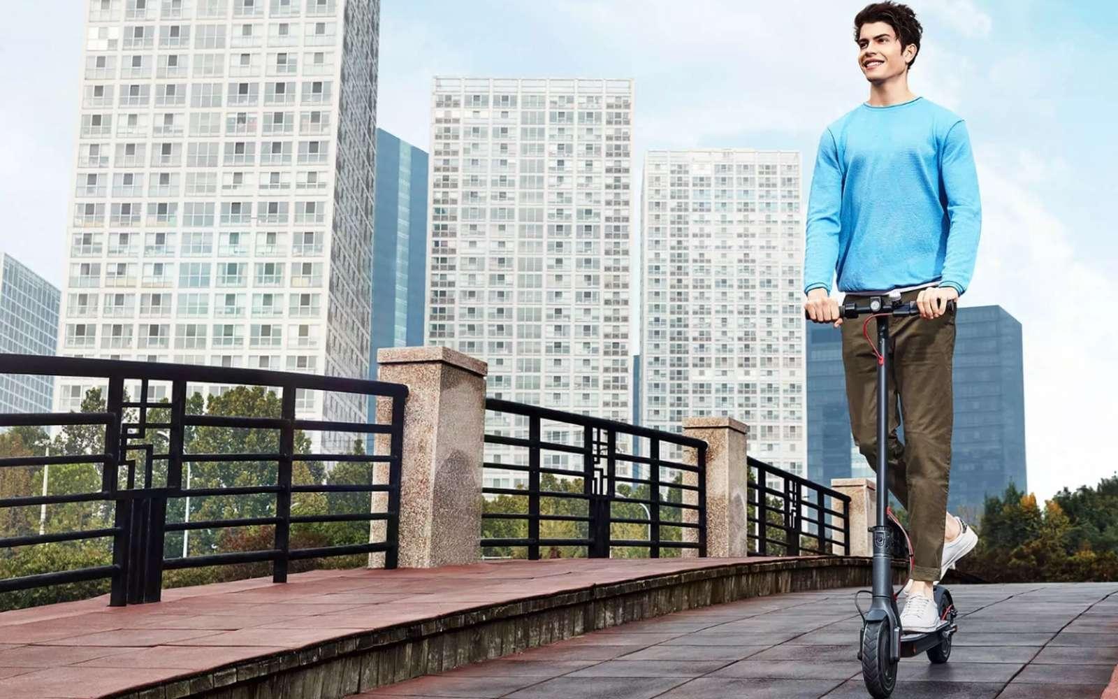 Au-delà de 25 km/h, les trottinettes électriques devraient disposer d'une assurance spécifique, d'une immatriculation et le conducteur devrait porter un casque de moto. © Xiaomi