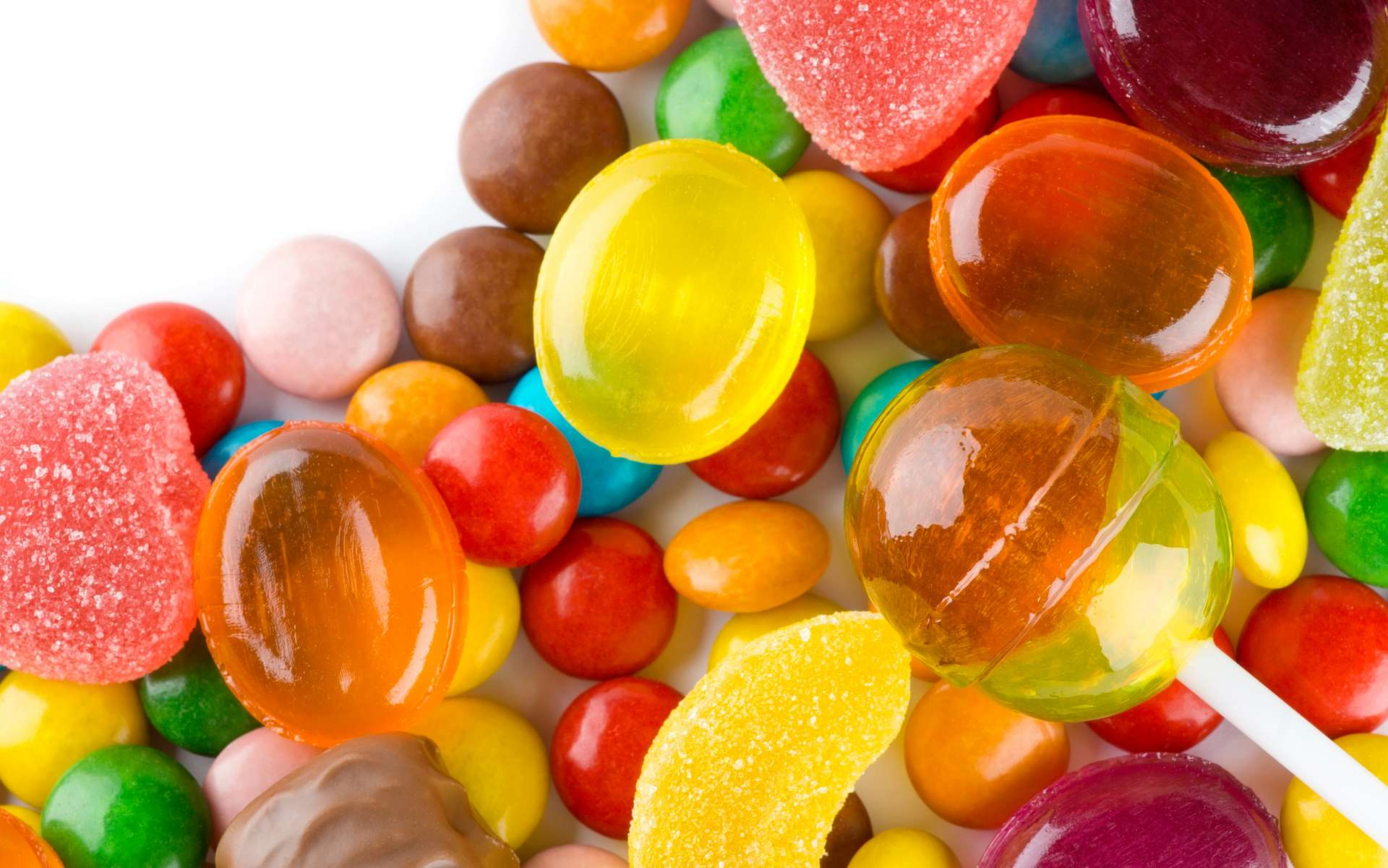 Parmi la grande variété de sucreries, il existe des bonbons sans sucre et ils se déclinent dans une palette variée de goûts, de couleurs et de formes. © Seralex, Adobe Stock