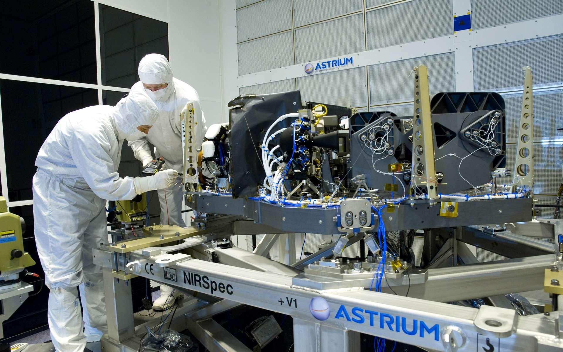 Intégration du spectrographe infrarouge NIRSpec (Near Infrared Spectrograph) sur le site d'Astrium à Ottobrunn en Bavière (Allemagne). © J. Dannenberg, Astrium, 2013