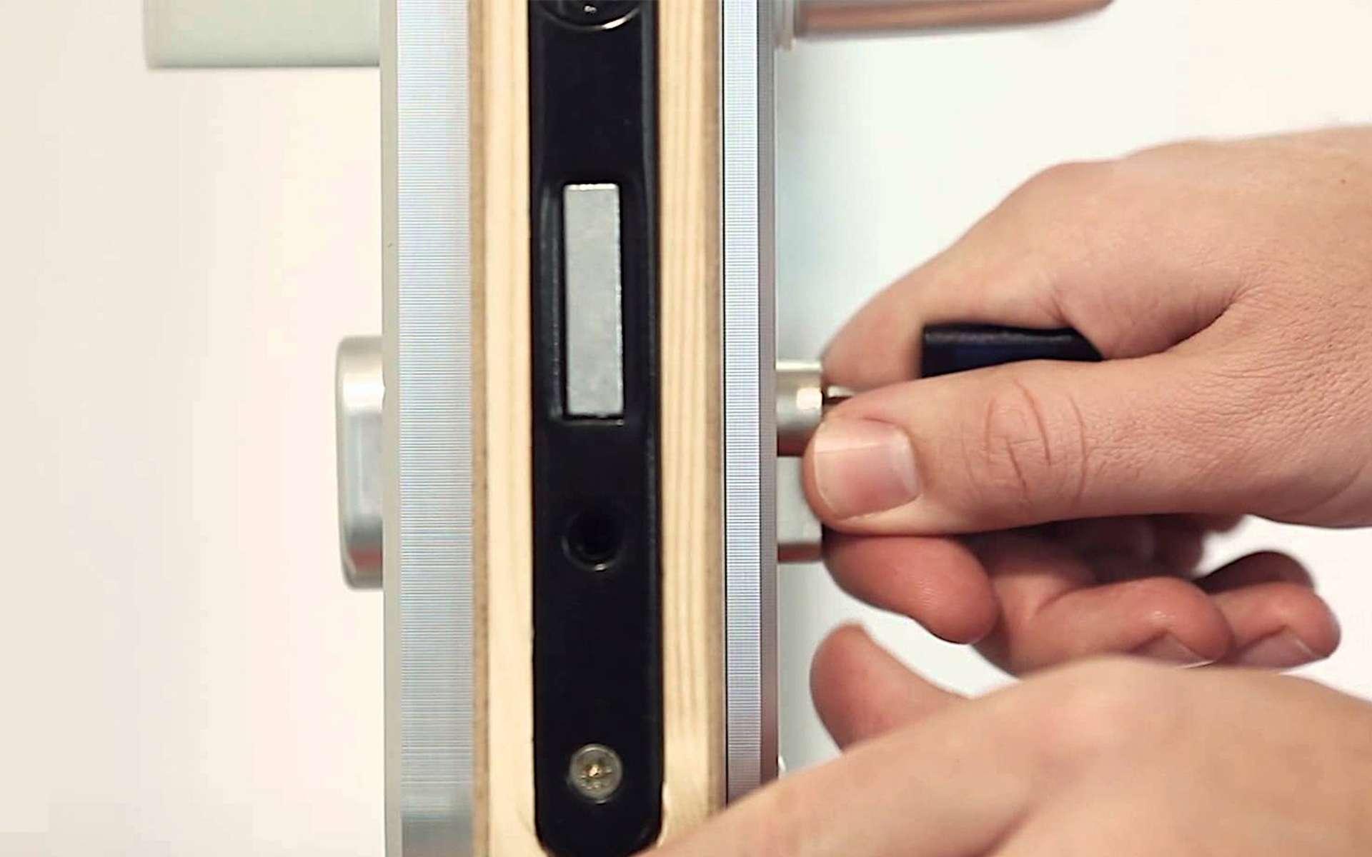 Si l'on veut poser un nouveau cylindre, il faut vérifier sa longueur hors tout et sa configuration, laquelle peut être symétrique ou asymétrique. C'est-à-dire composée de deux parties égales ou inégales de chaque côté du panneton, l'élément mobile qui entraîne le verrouillage ou le déverrouillage lorsque l'on tourne la clé.© Bricard