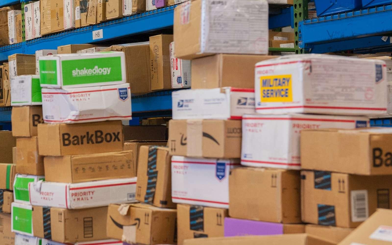 Un entrepôt de stockage de colis en passe d'être acheminés vers leurs destinataires
